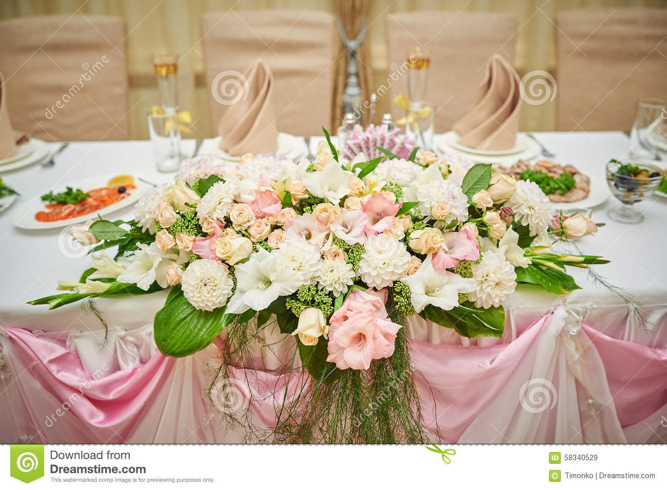 Merveilleux Wedding Table Bride And Groom Decorated With Flowers