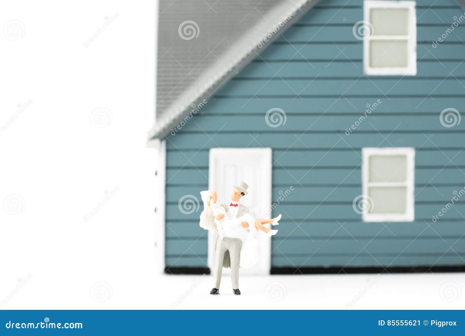 Wediing Paarkonzept der Miniaturleute auf Hintergrund mit einem Badekurort