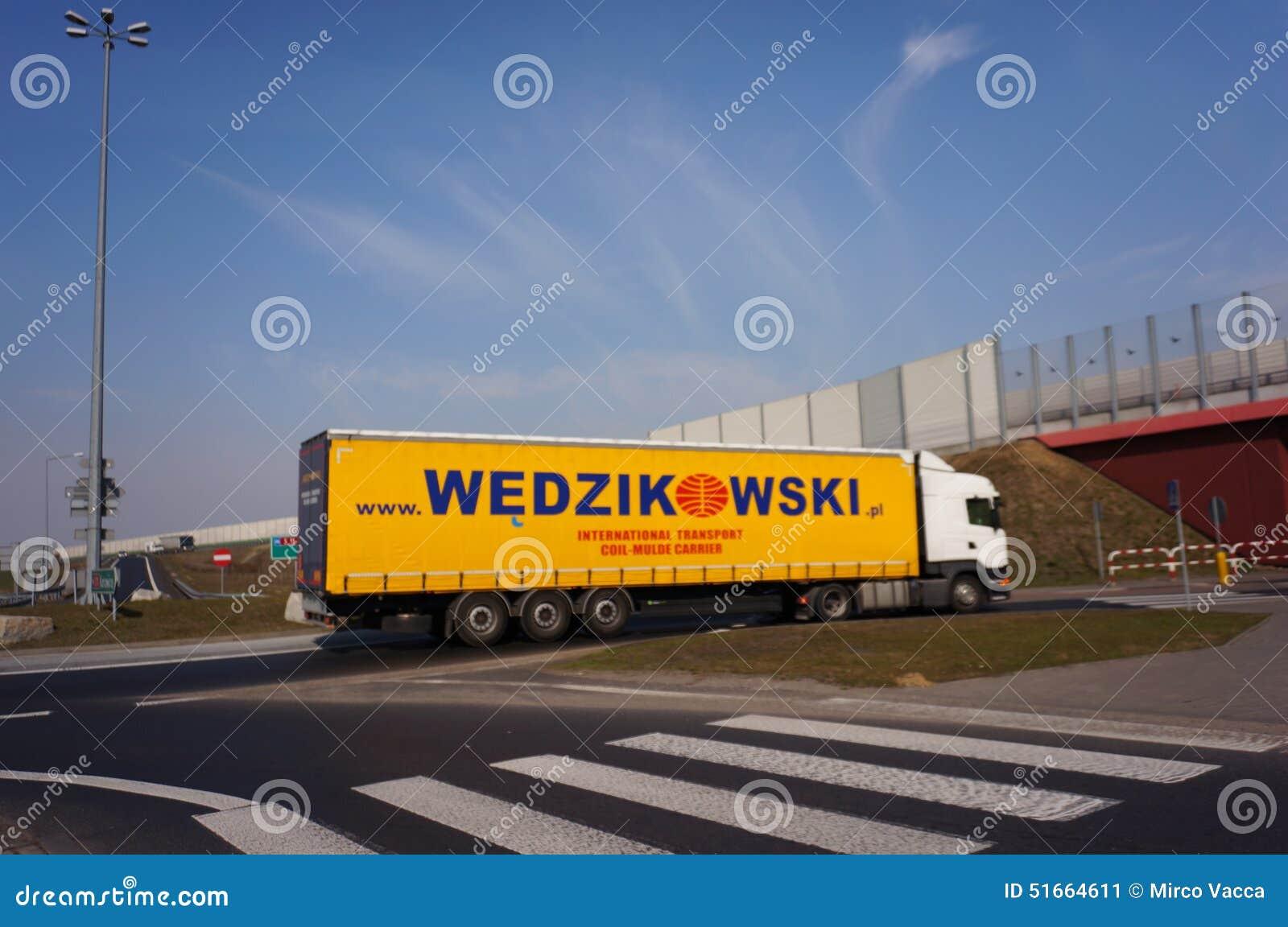 Wedzikowskivrachtwagen op rotonde