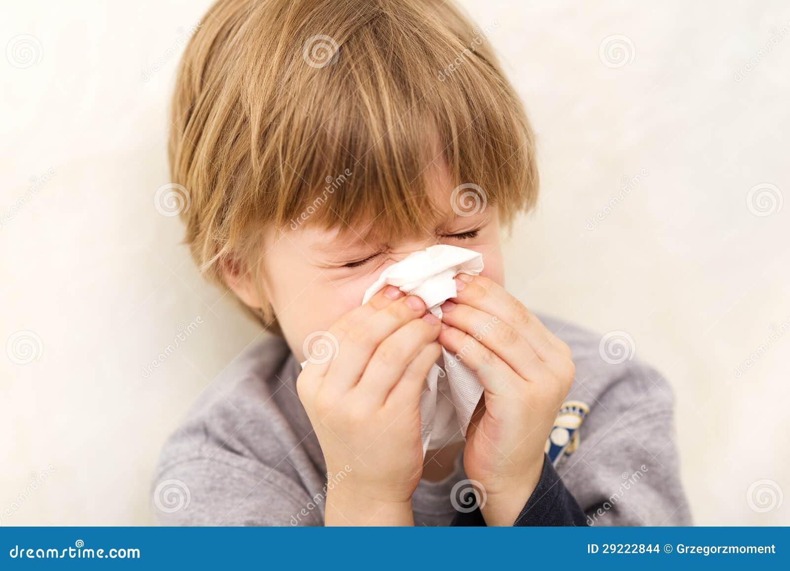 Weefsel dat van de de griepziekte van het kind het koude lopende neus blaast