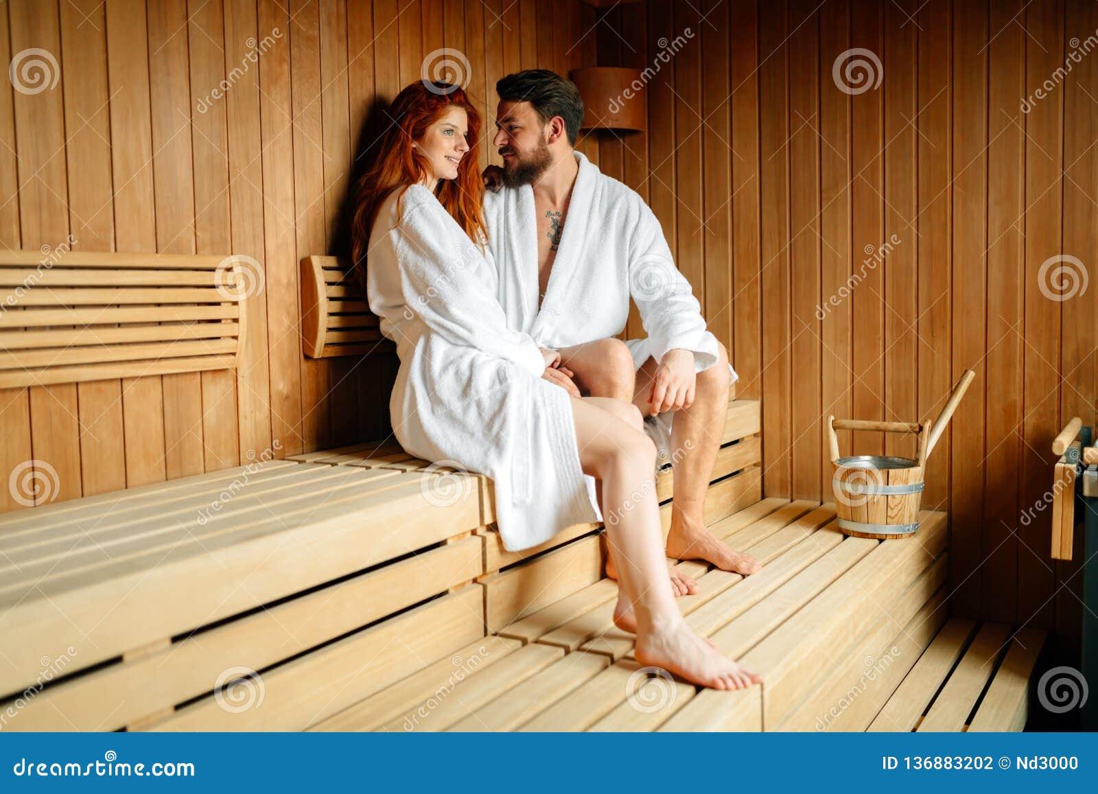 Week-end enhoying de bien-être de beaux couples dans l hôtel