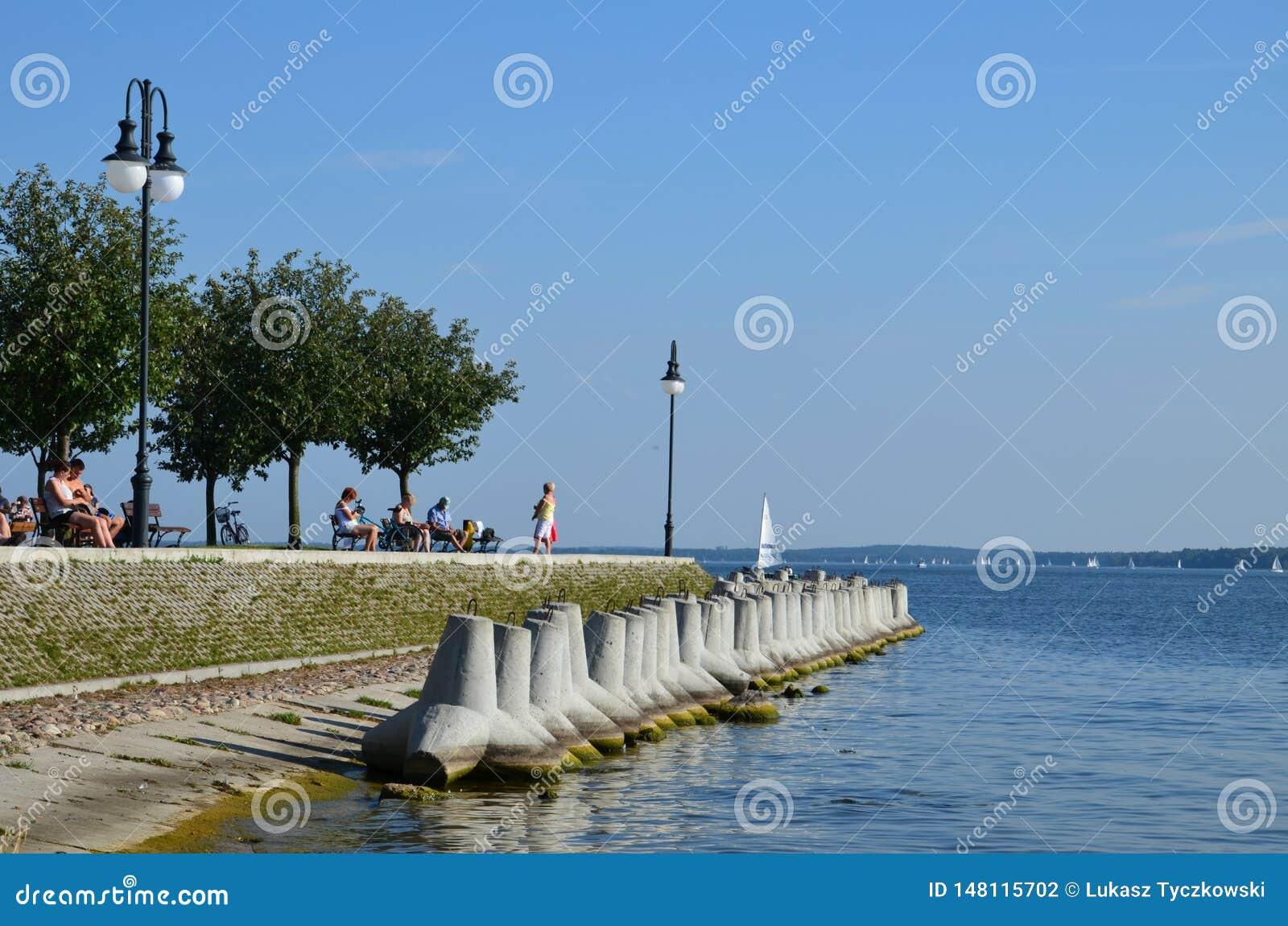 Weergeven bij mooi meer in Polen Mazury bij zonnige vakantiedag