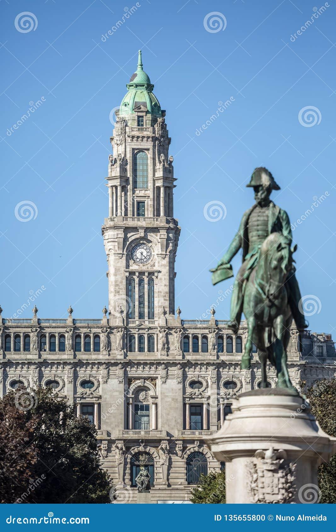 Weergeven in gemeenteraadgebouw en Dom Pedro IV standbeeld op vaag plan