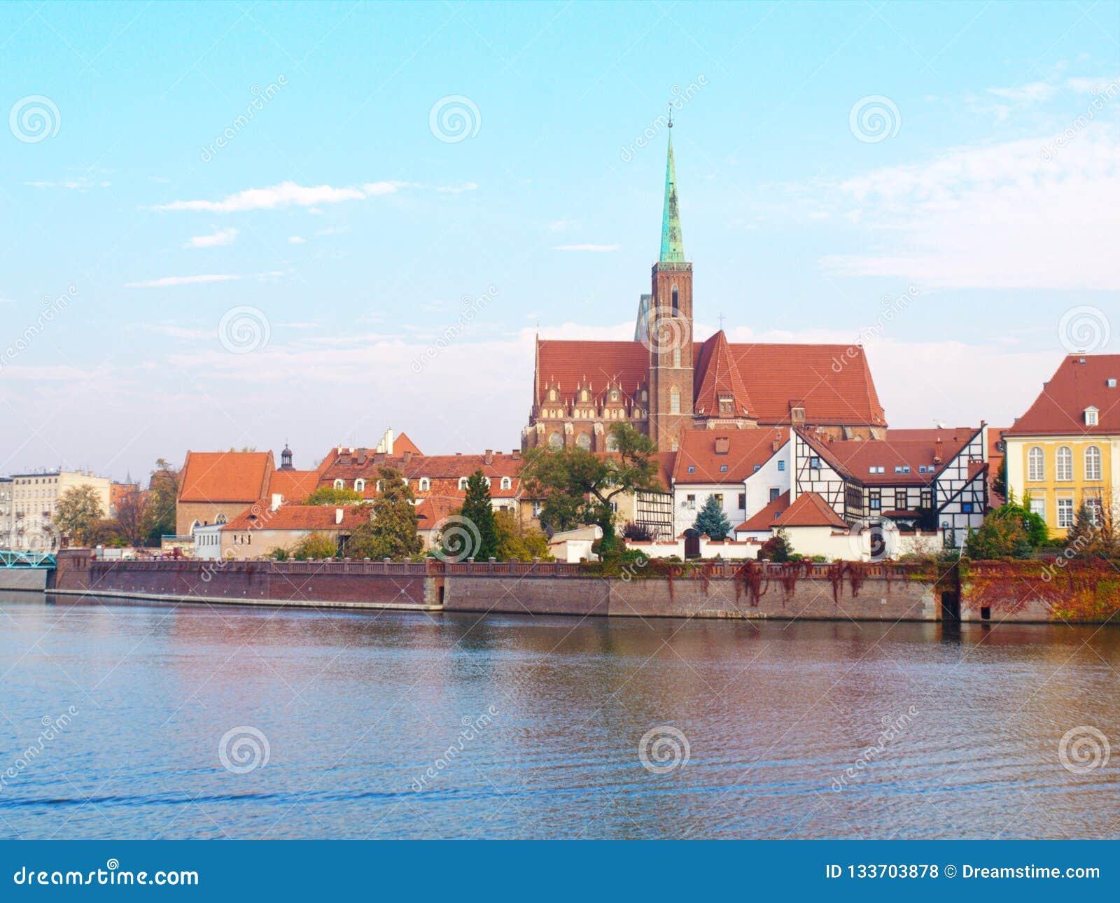 Weergeven op de Kathedraal van St John Doopsgezind in WrocÅ 'aw en rivier Odra
