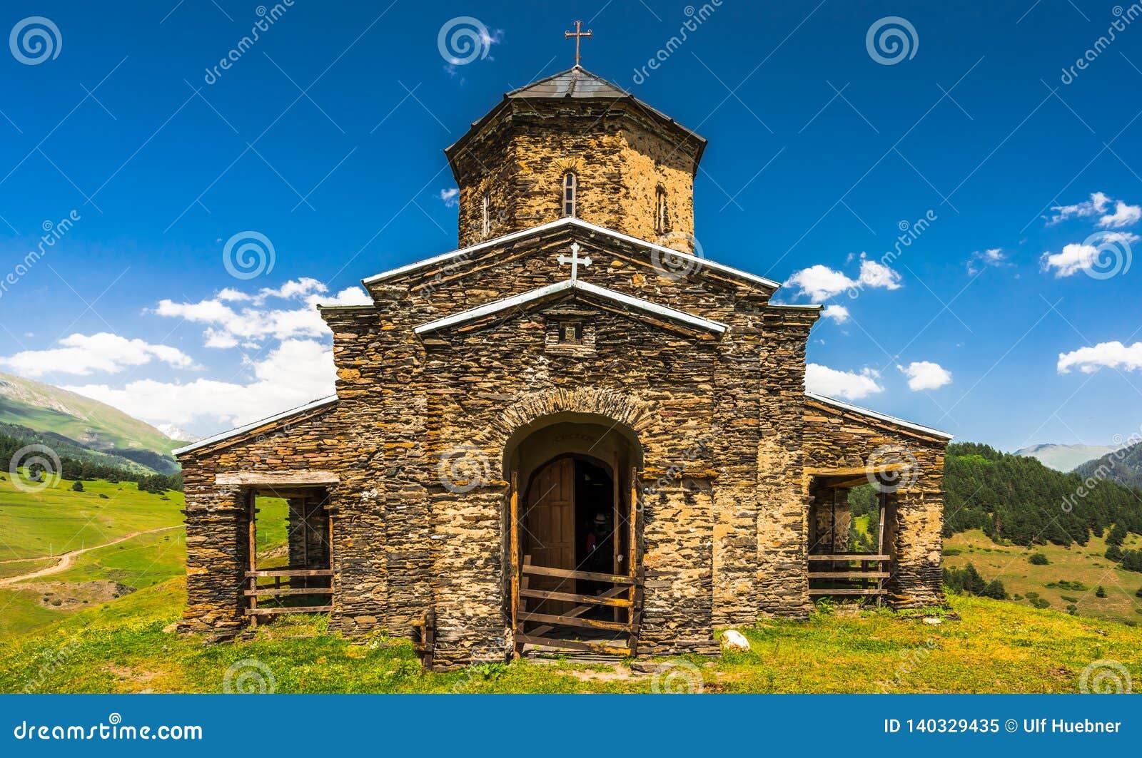 Weergeven op de Sameba-Kerk van de Heilige Drievuldigheid in het verre Tusheti-dorp van Shenako, Georgië