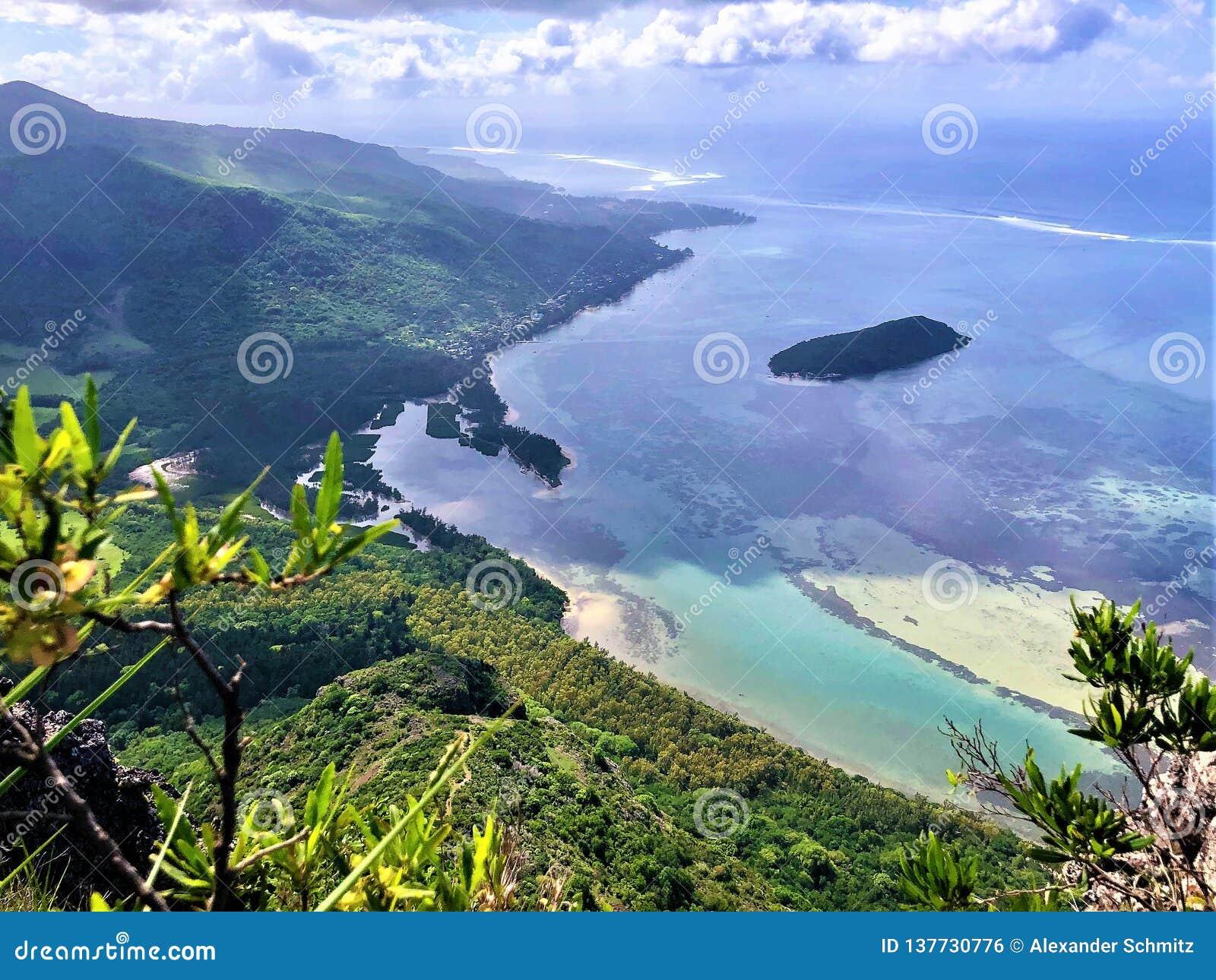 Weergeven op klein eiland op het eiland van Mauritius van de berg van le morne