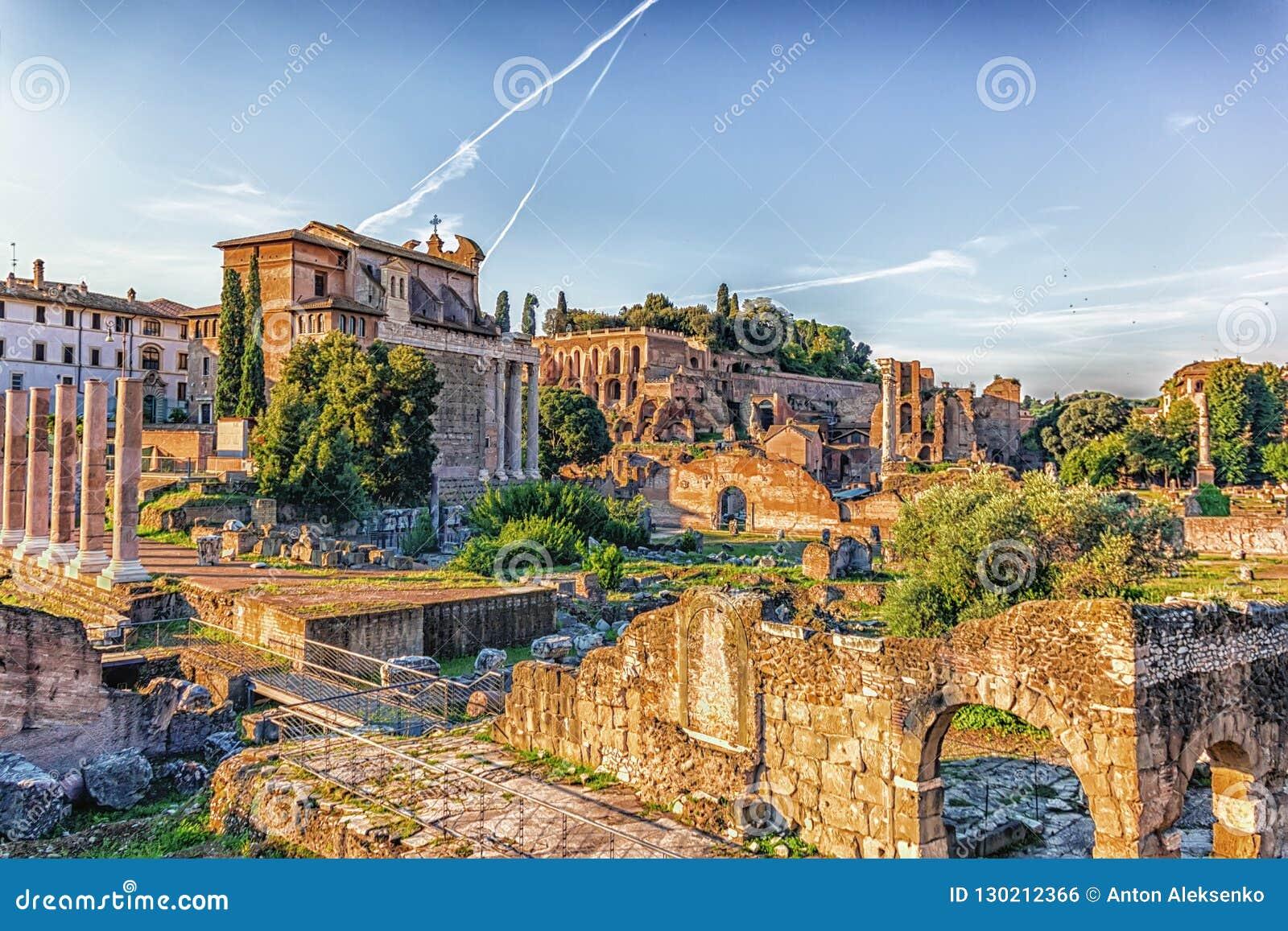 Weergeven op Roman Forum, Tiberius Palace en de Tempel van Antoninus en Faustina van de ruïnes van Basiliekaemilia