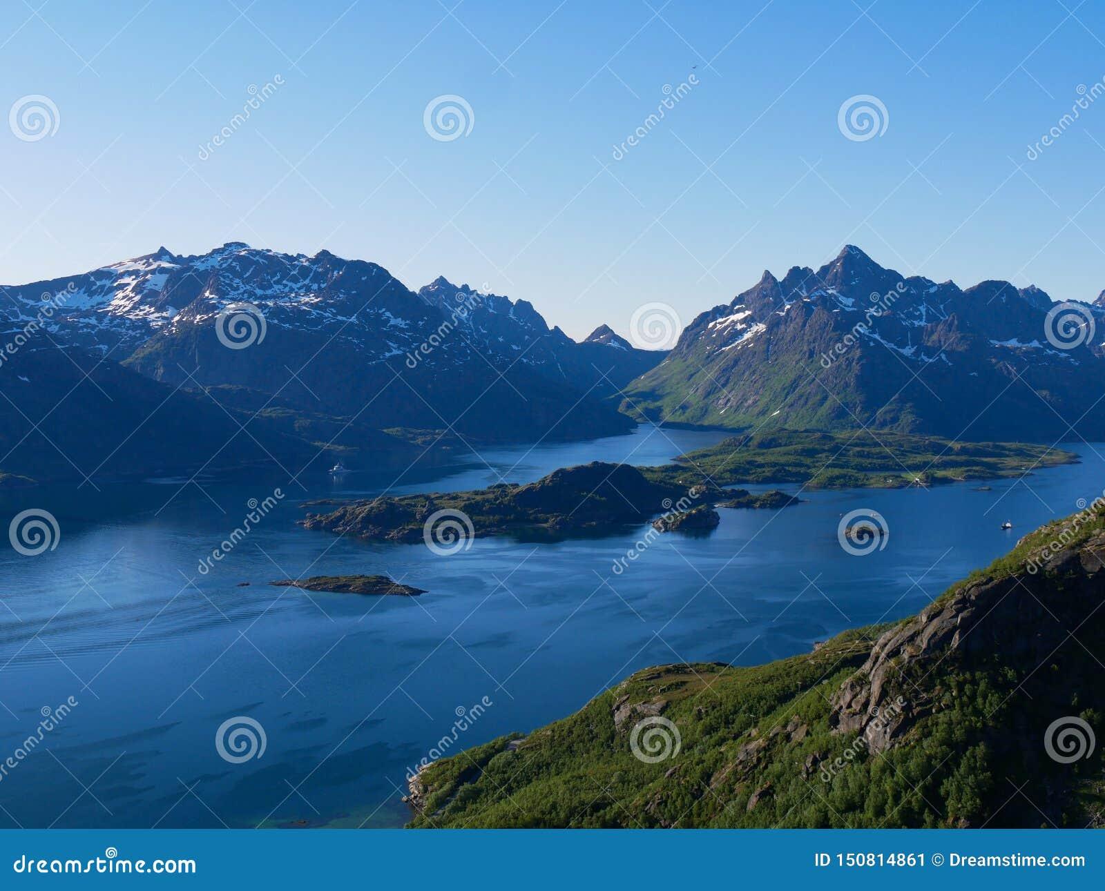Weergeven over Tengelfjord in Lofoten Noorwegen
