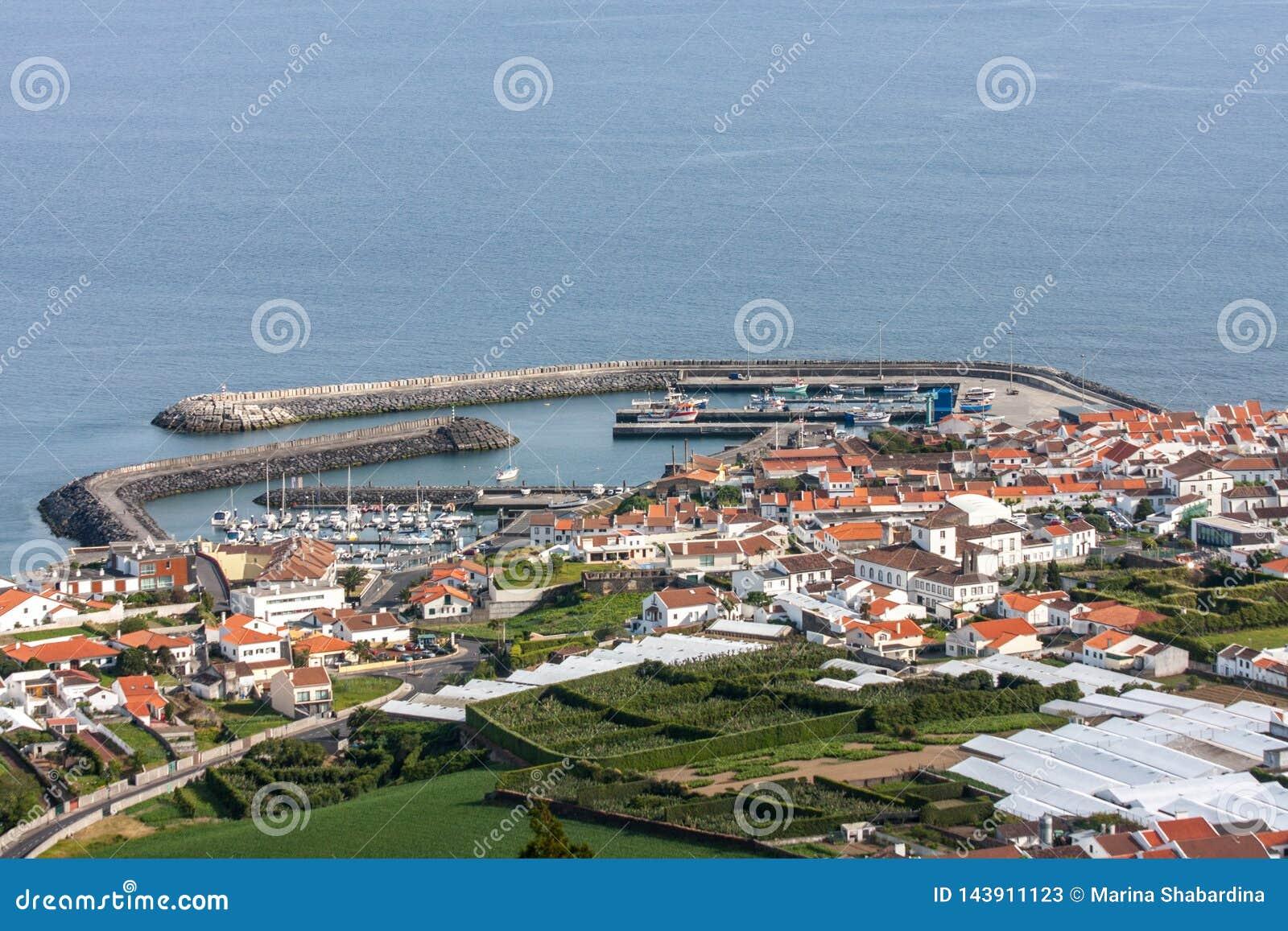 Weergeven van de havenstad met verscheidene ligplaatsen vanaf de bovenkant - Portugal