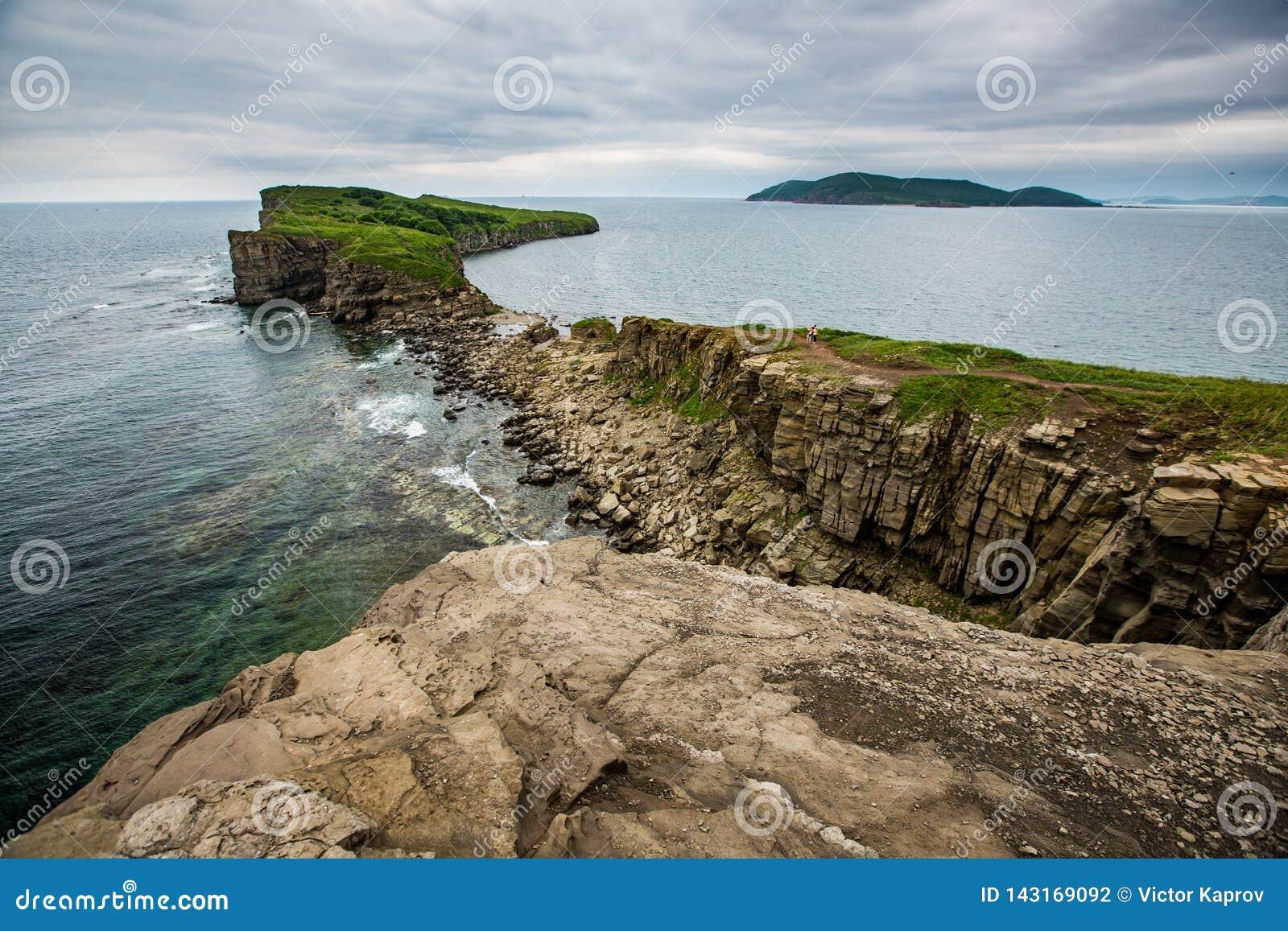Weergeven van de klippen op het overzees van Japan en de Eilanden