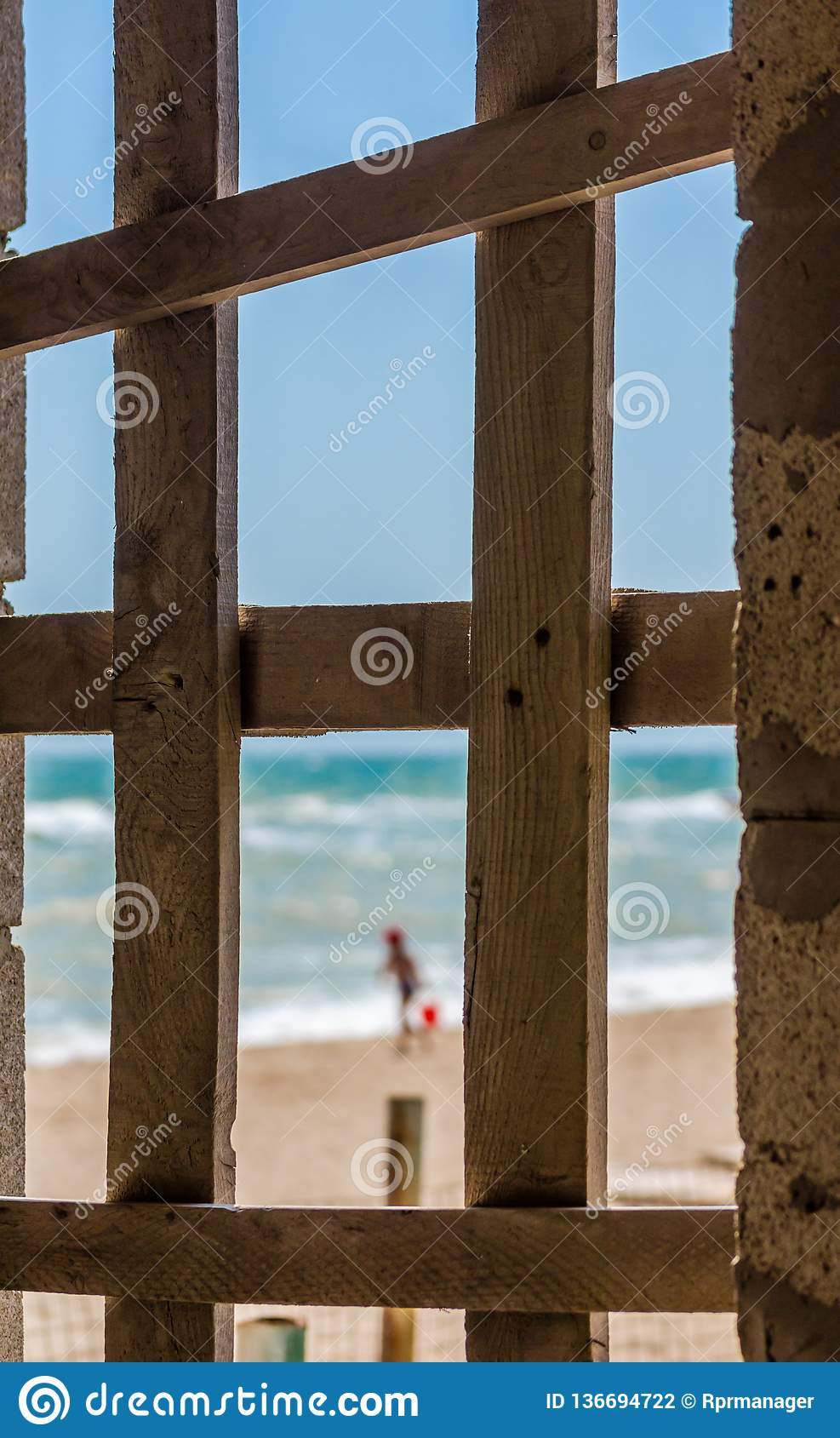 Weergeven van de kust met doornemend kind ingescheept op w