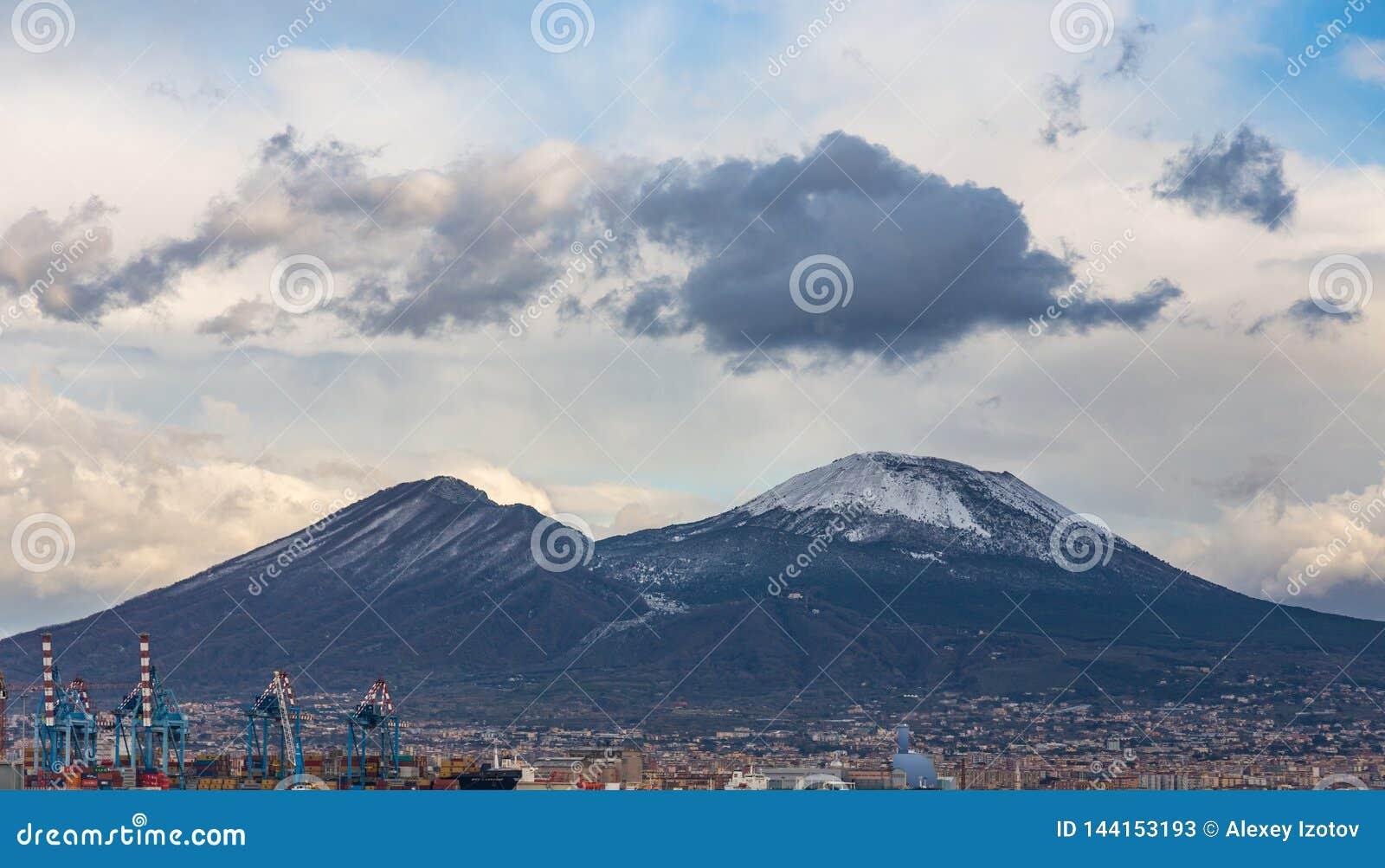 Weergeven van de Middellandse Zee aan de majestueuze vulkaan de Vesuvius, Italië