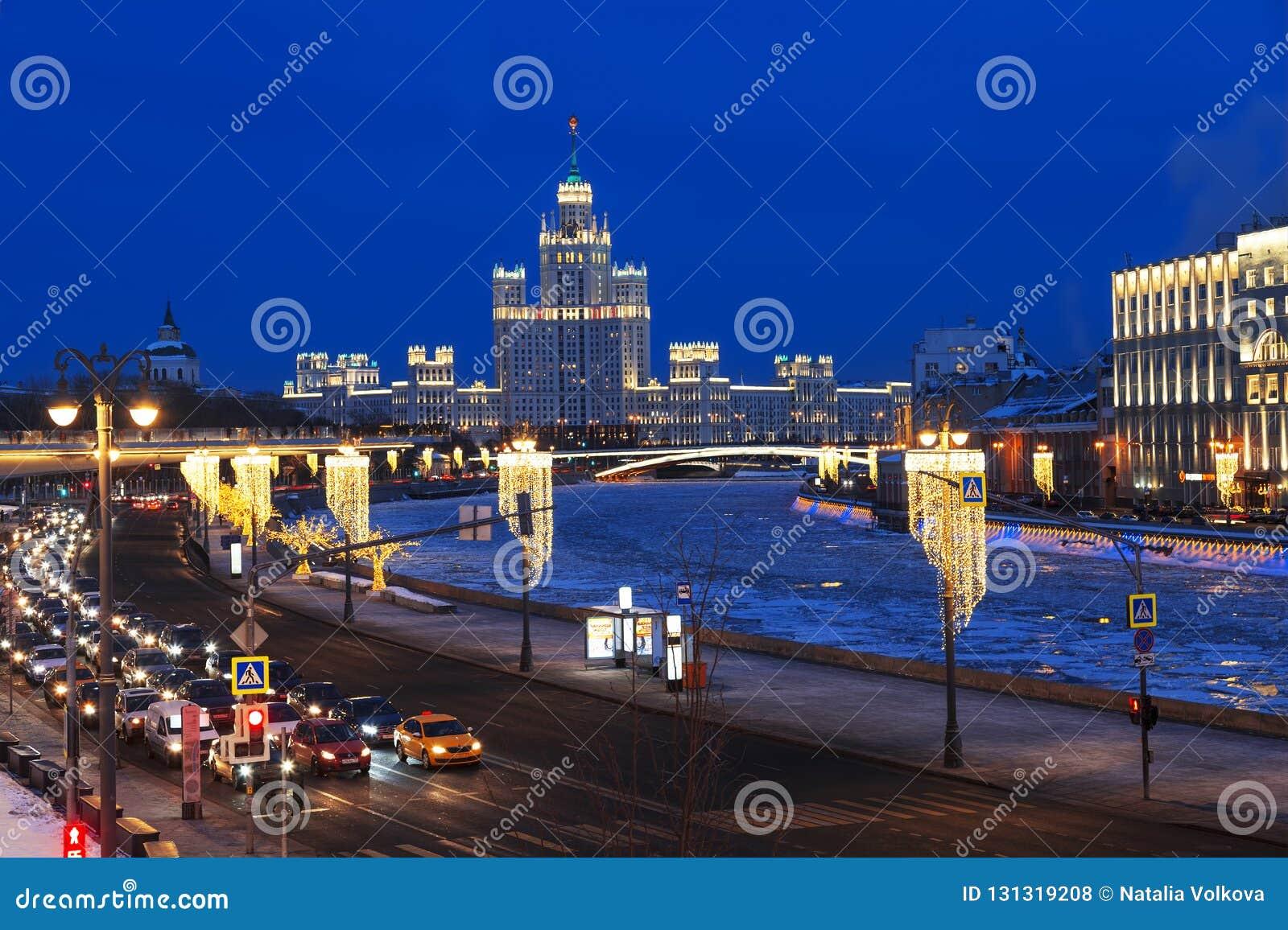 Weergeven van de nachtwinter Moskou met de rivier en high-rise die van Moskou op Kotelnicheskaya-dijk voortbouwen