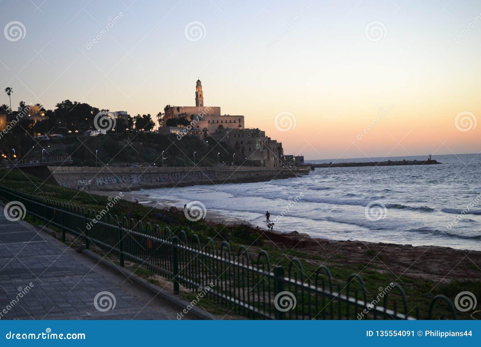 Weergeven van de oude haven in Tel Aviv bij zonsondergang, oude stad Jaffa, Yafo, Israël