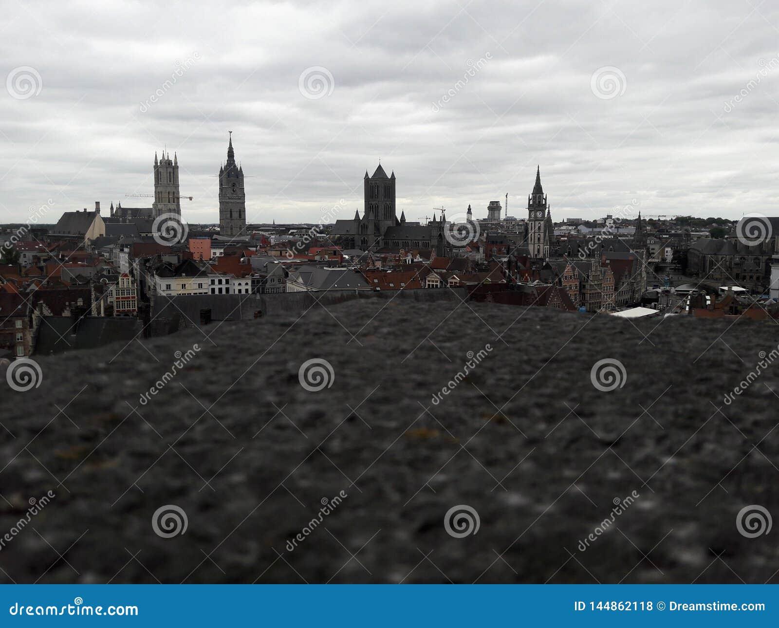 Weergeven van de oude stad van de kastelen van hoogtegent
