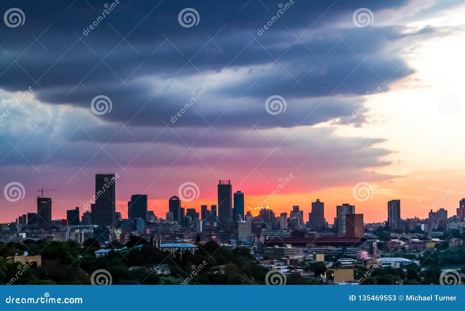 Weergeven van de Stad van Johannesburg bij Zonsondergang