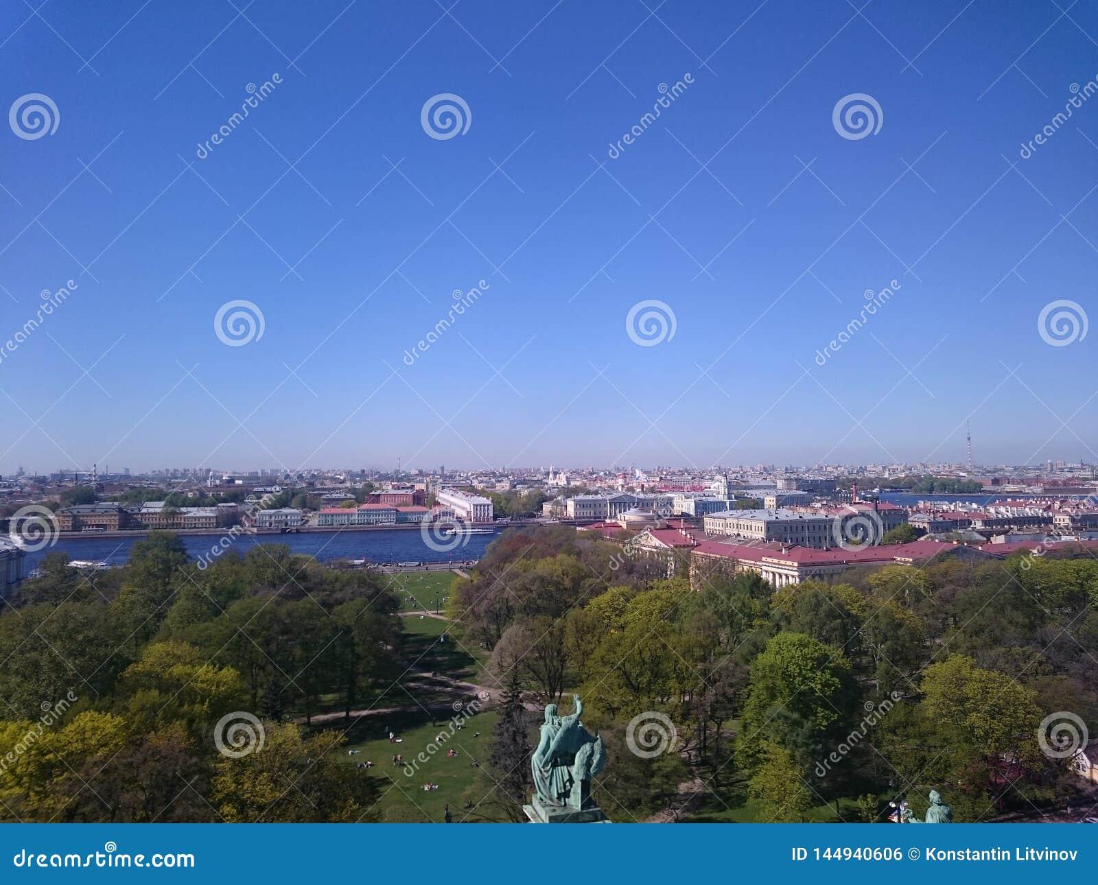 Weergeven van de stad van St. Petersburg van de colonnade van St Isaac& x27; s Rusland