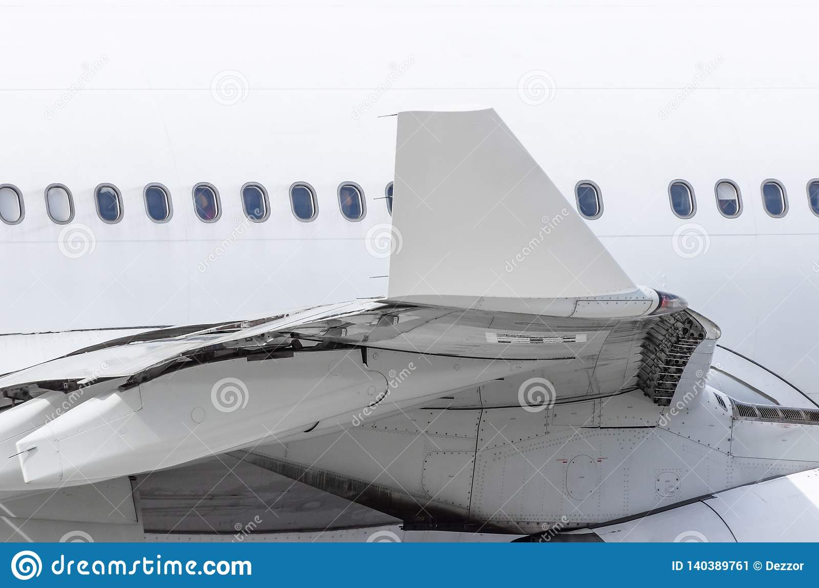 Weergeven van de vleugelpunt van de vliegtuigen en de fuselage met patrijspoorten