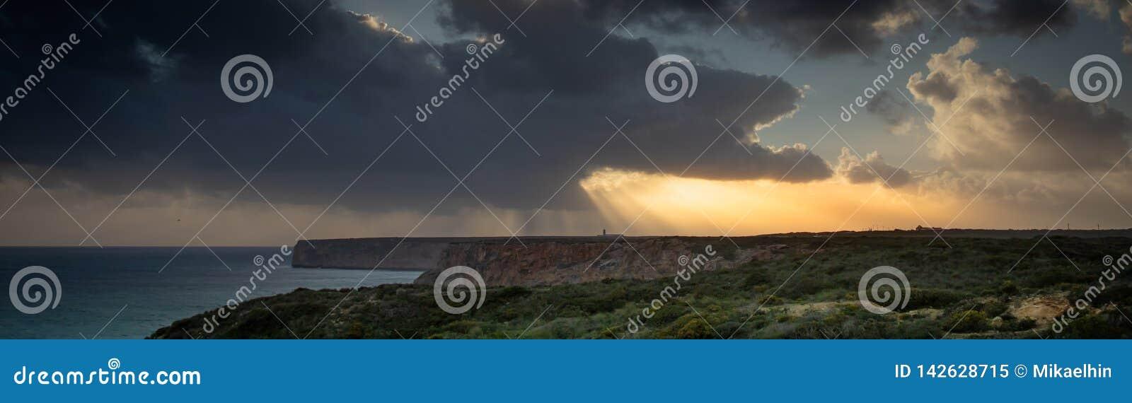 Weergeven van de vuurtoren en de klippen bij Kaap St Vincent in Portugal bij onweer