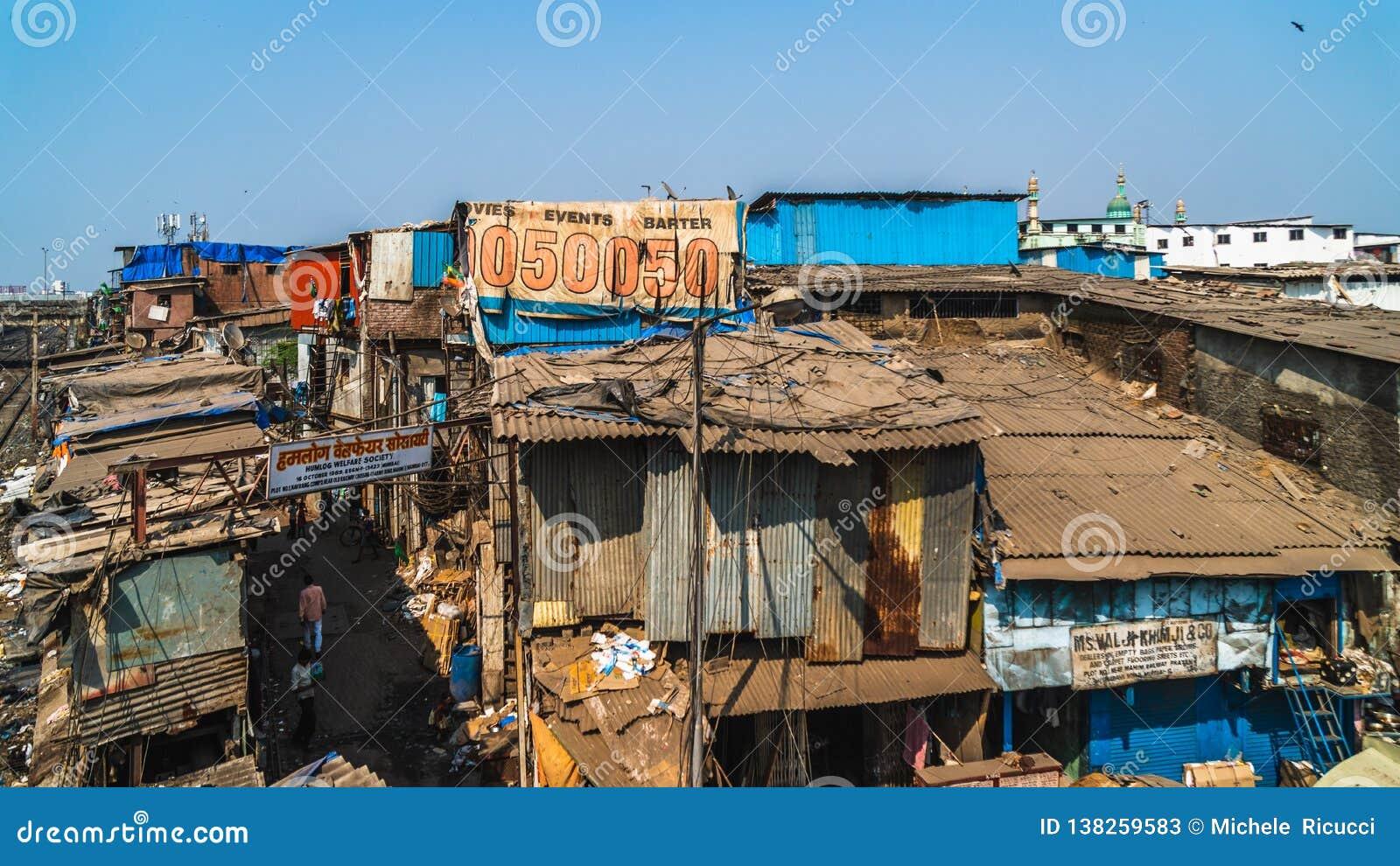 Weergeven van dharavi de grote krottenwijk in de stad van Bombay