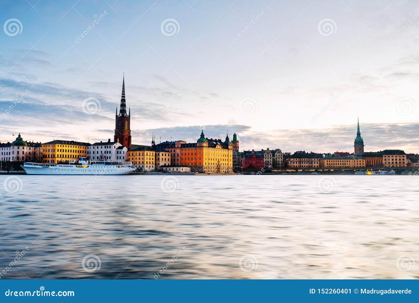 Weergeven van Gamla Stan in Stockholm, Zweden met oriëntatiepunten zoals Riddarholm-Kerk tijdens de zonsopgang