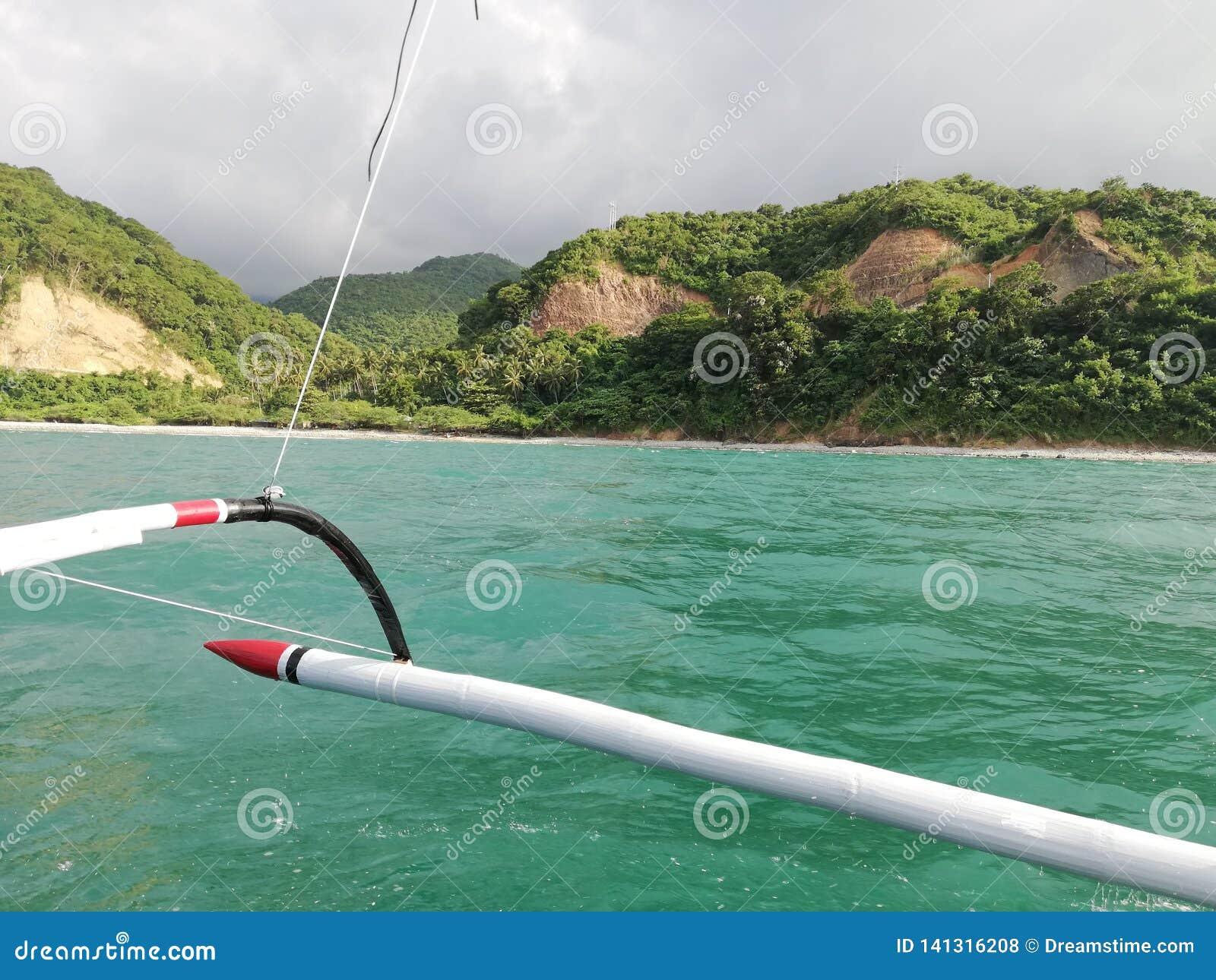 Weergeven van groene bergen en heuvels van Mindoro van boot