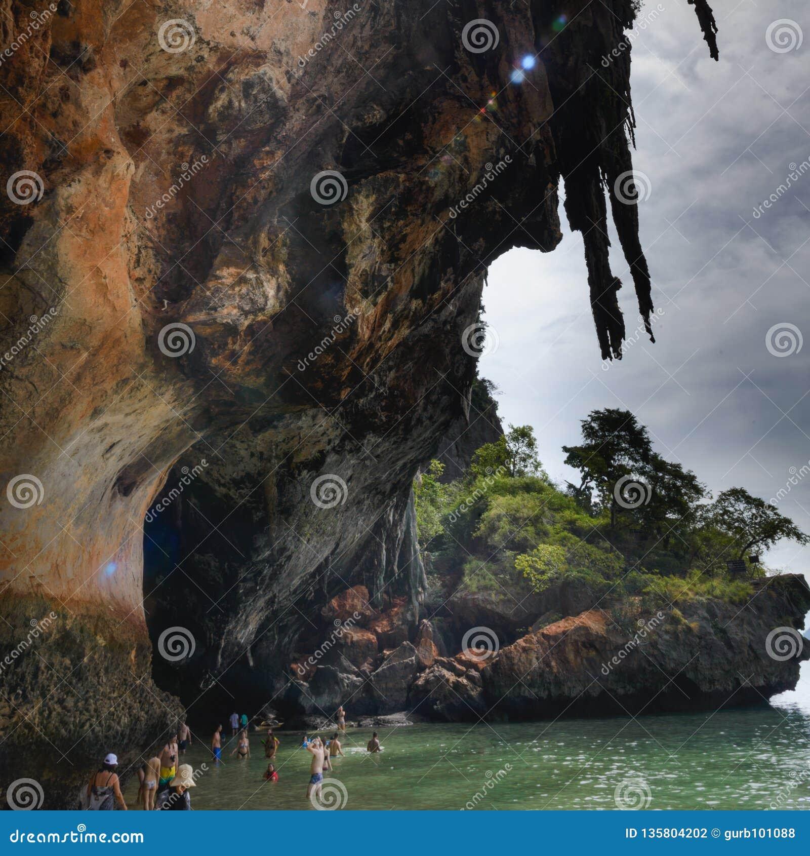 Weergeven van het hol: Ao Phra Nang Baai, Railay-Strand, het Strand van Hoedentham Phra Nang, Krabi, Thailand