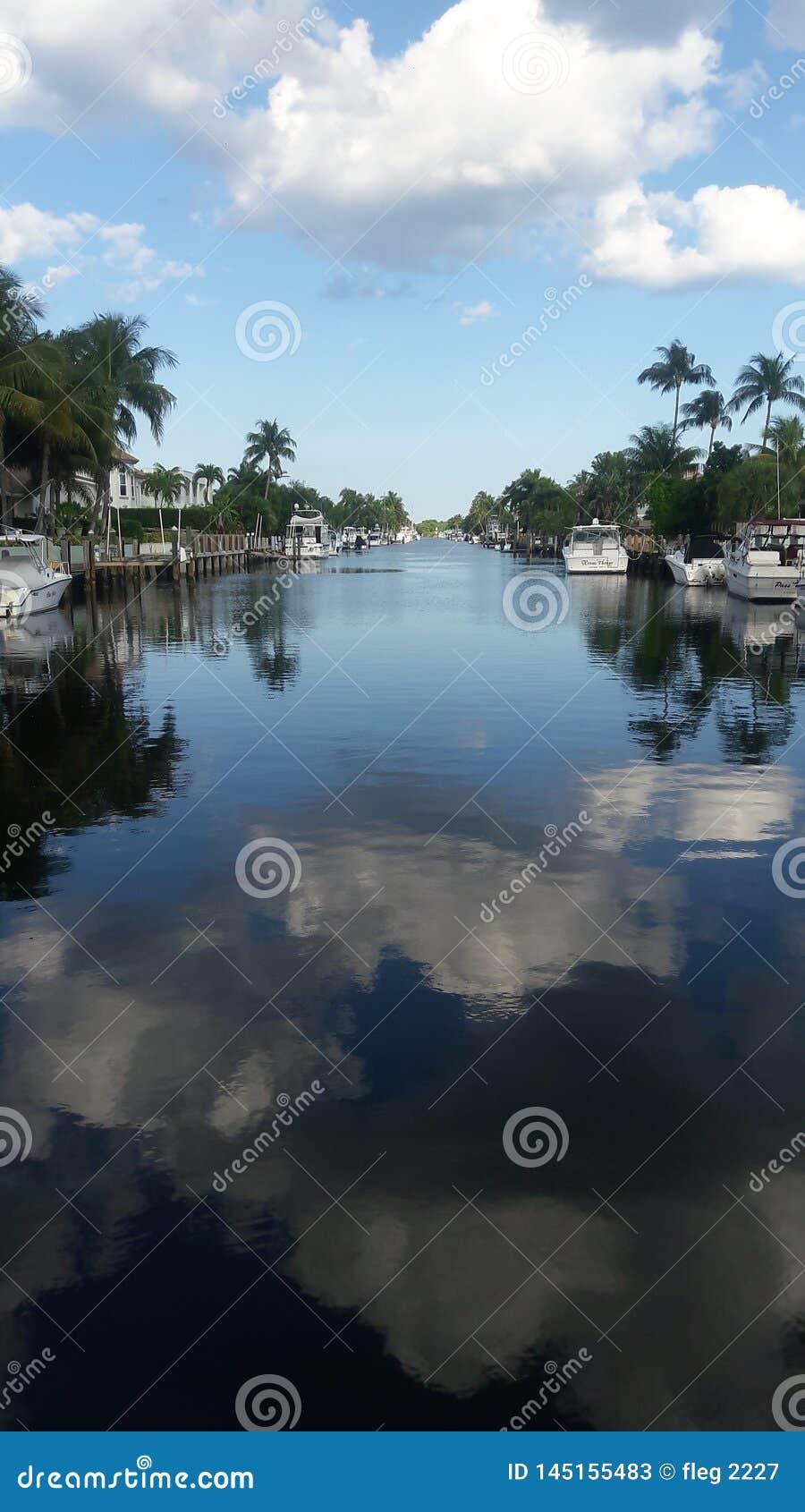 Weergeven van het kanaal in Vuurtorenpunt, Florida