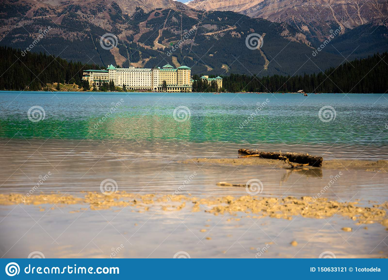 Weergeven van het Meer Louise en het Hotel van Fairmont Chateau in Rocky Mountains