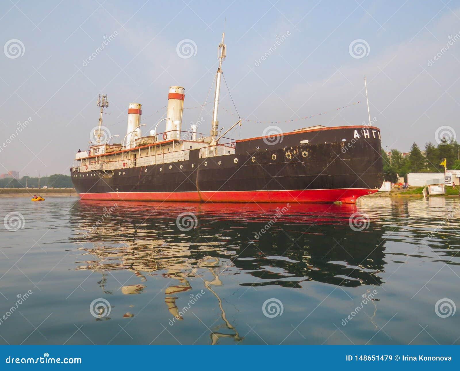 Weergeven van het schip, het Angara-icebreaker museum, van het meer