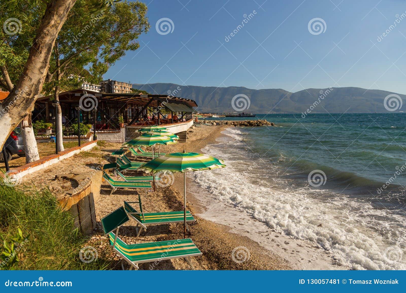 Weergeven van het strand op de kust, nabijgelegen Wlora, Albanië