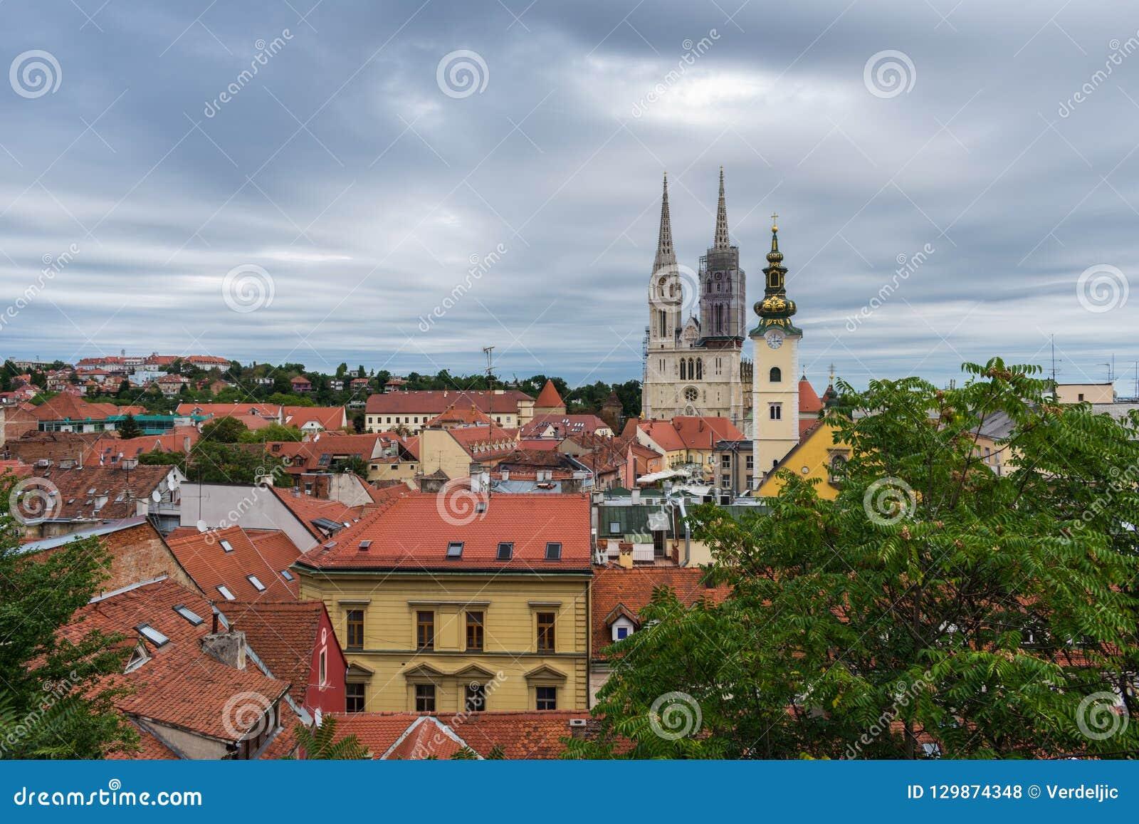 Weergeven van kathedraal en kerkentorens over de daken in Zagreb, Kroatië