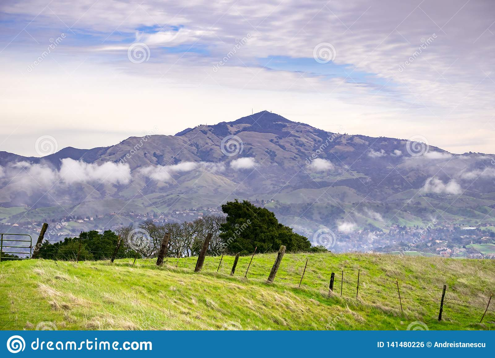 Weergeven van Las Trampas Regional Wilderness naar Onderstel Diablo op een bewolkte, donkere dag, de baaigebied van San Francisco
