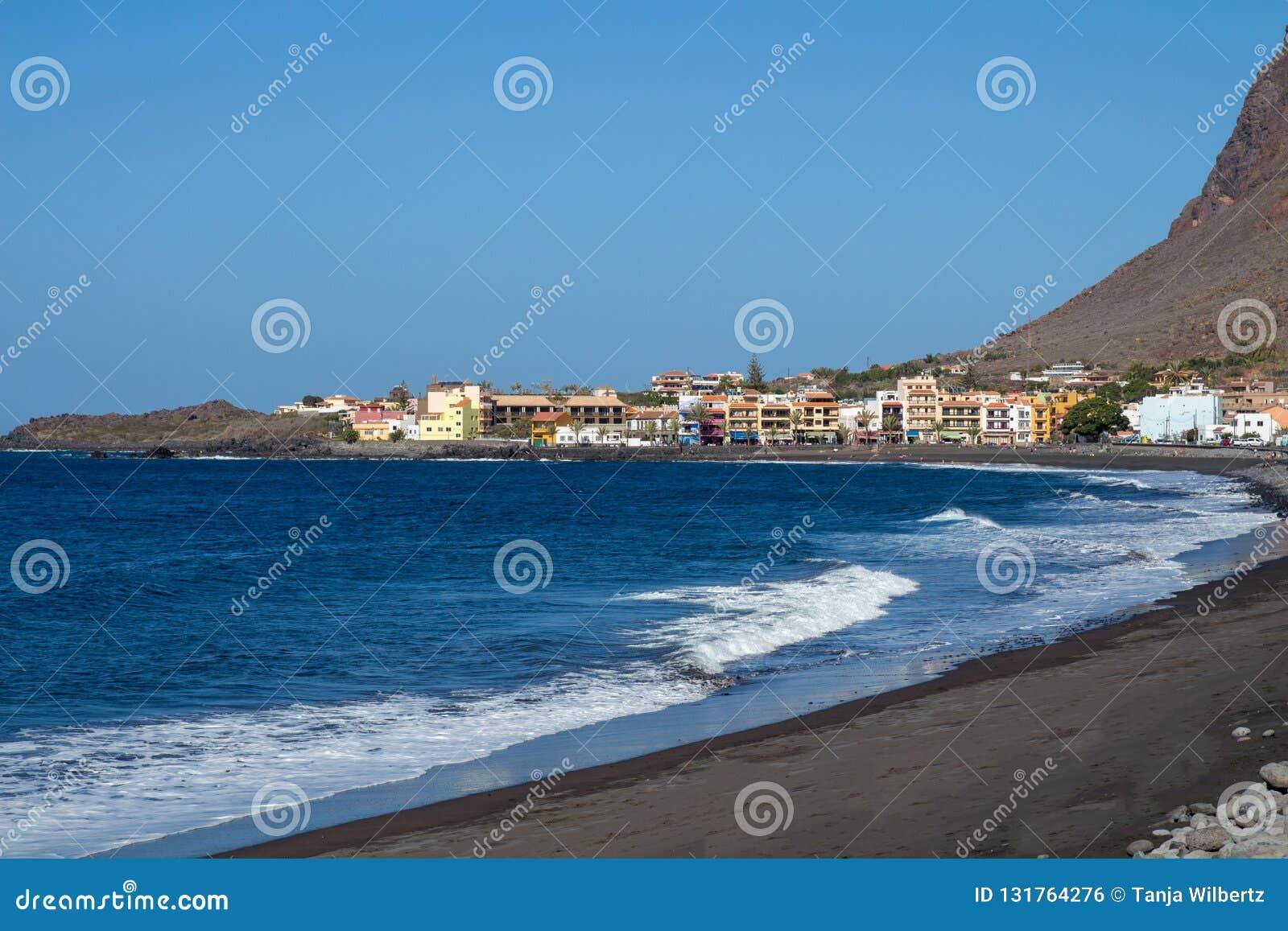 Weergeven van lavastrand in Valle Gran Rey met district van La Playa op achtergrond