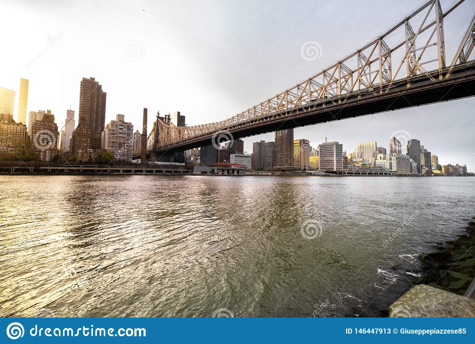 Weergeven van Manhattan, zijn horizon en Brug van ED Koch Queensboro
