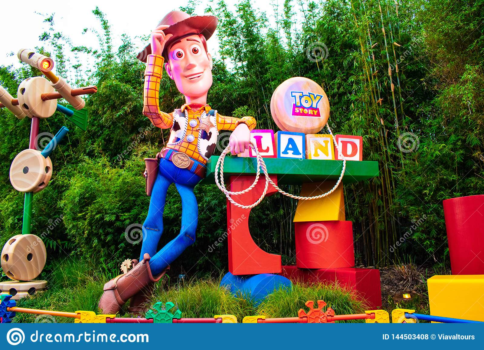 Weergeven van Sheriff Woody in de hoofdingang van Toy Story Land in Hollywood-Studio s bij Walt Disney World-gebied
