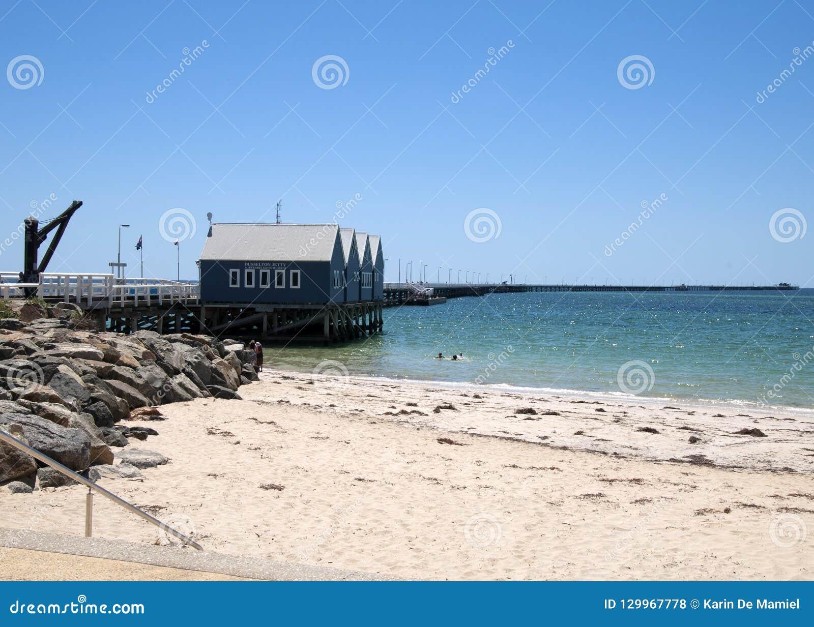 Weergeven van strand en pier