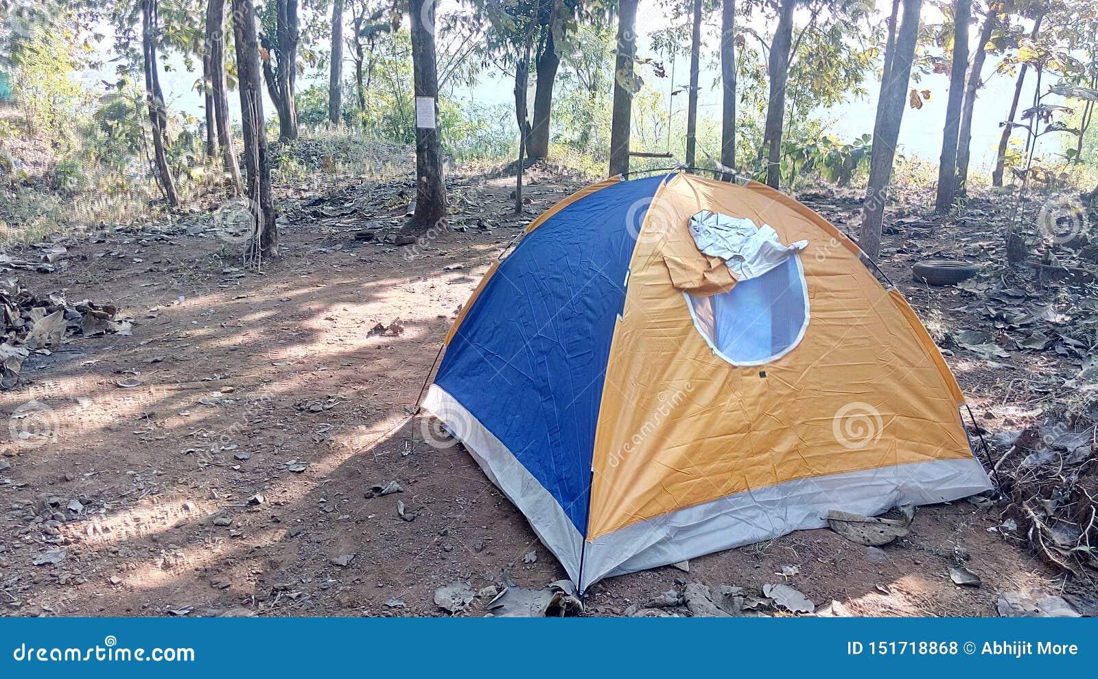 Weergeven van tent bij het kamperen gebied