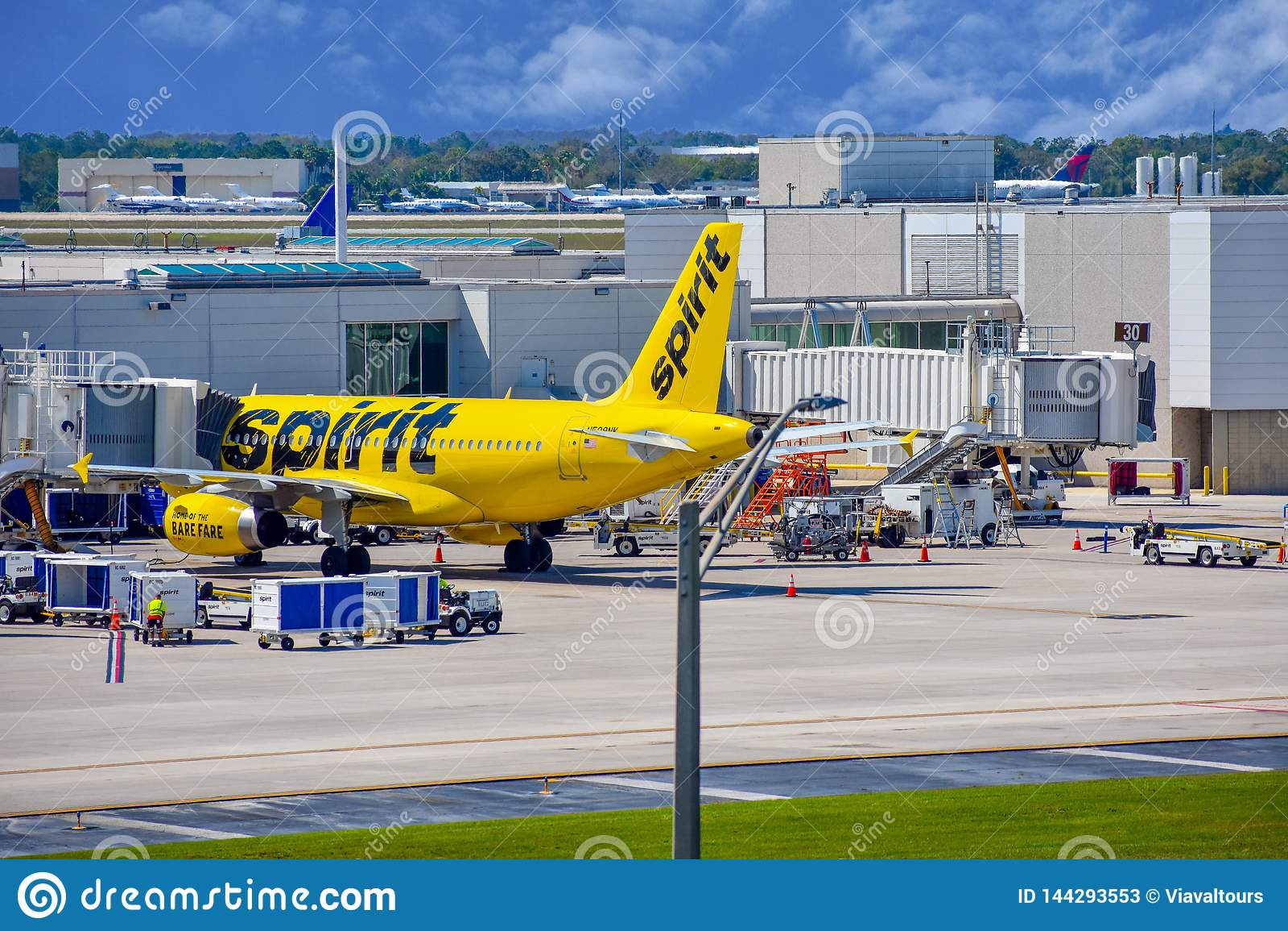 Weergeven van vliegtuig van Spirit Airlines NK bij de poort in Orlando International Airport MCO 1