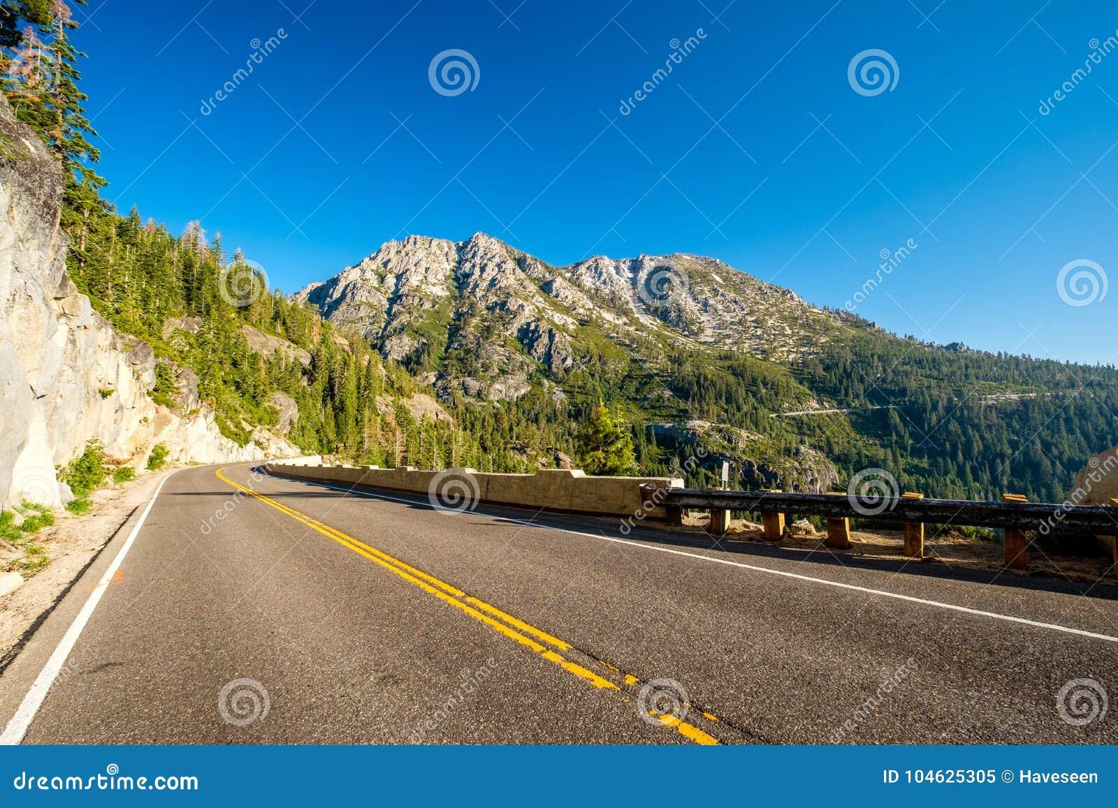 Download Weg Bij Meer Tahoe In Californië Stock Afbeelding - Afbeelding bestaande uit niemand, hout: 104625305