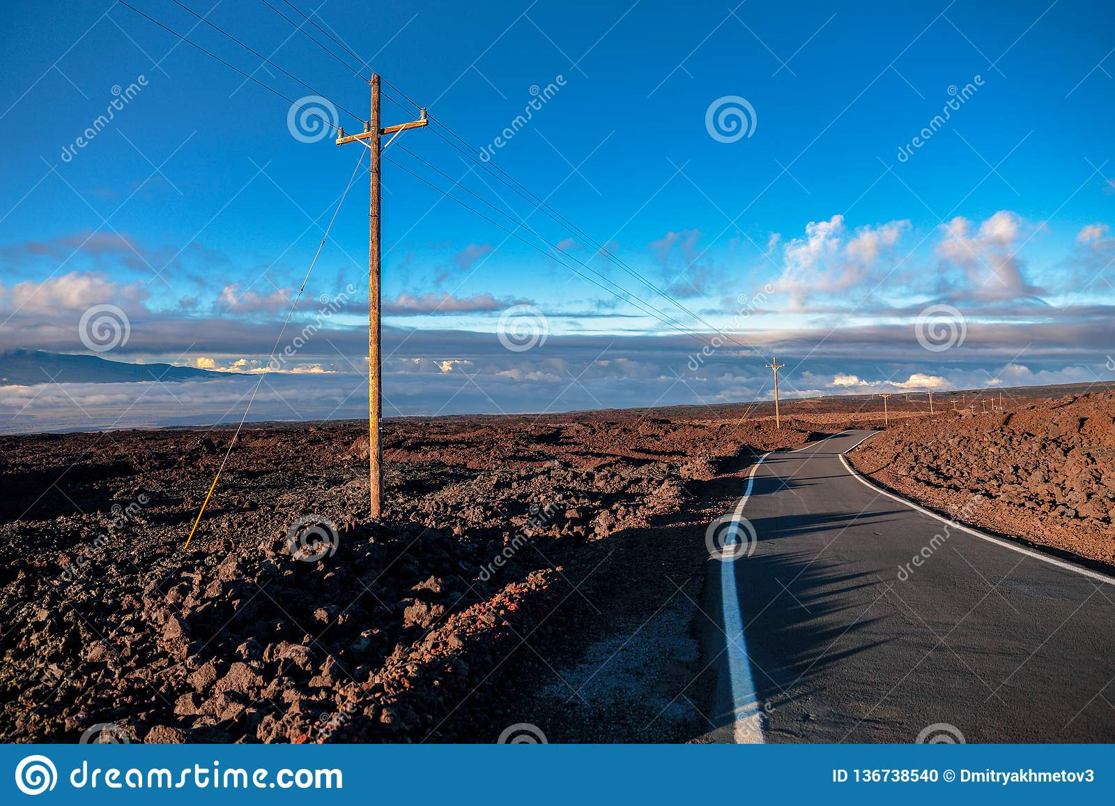 Weg boven wolken dichtbij Mauna Loa-berg, Hawaï