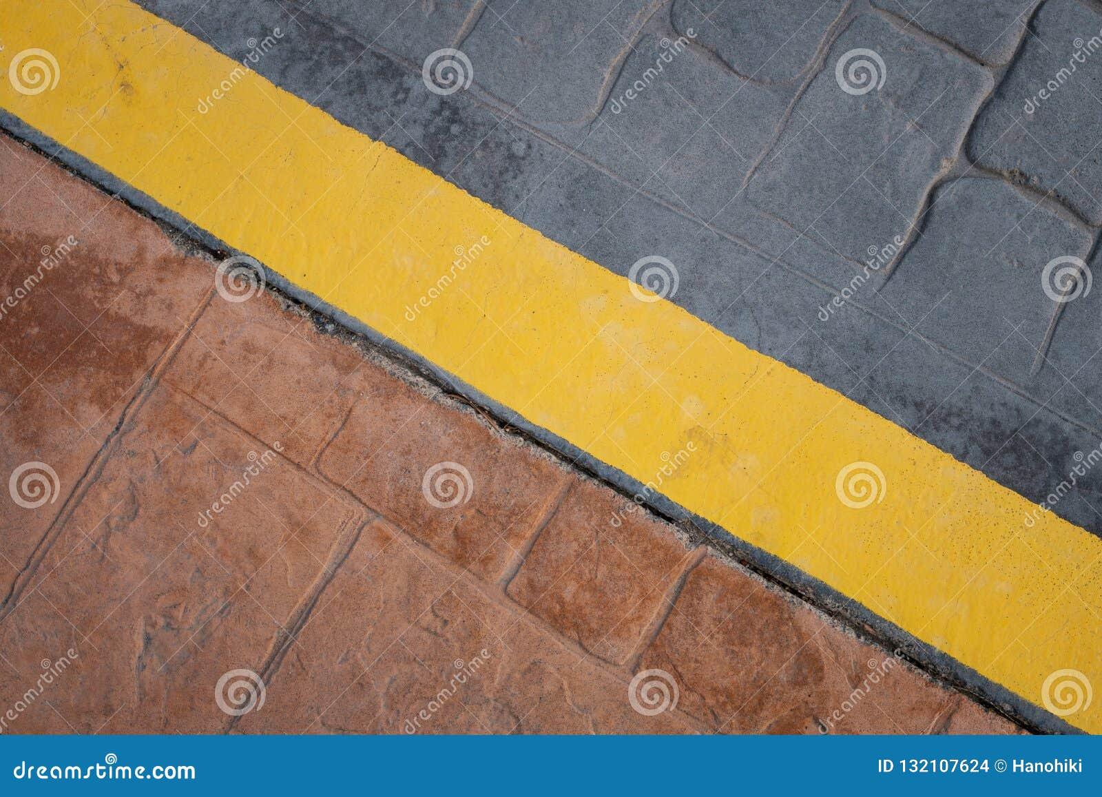 Weg, de gele lijn van de stoepgrens op vloer - abstracte achtergrond