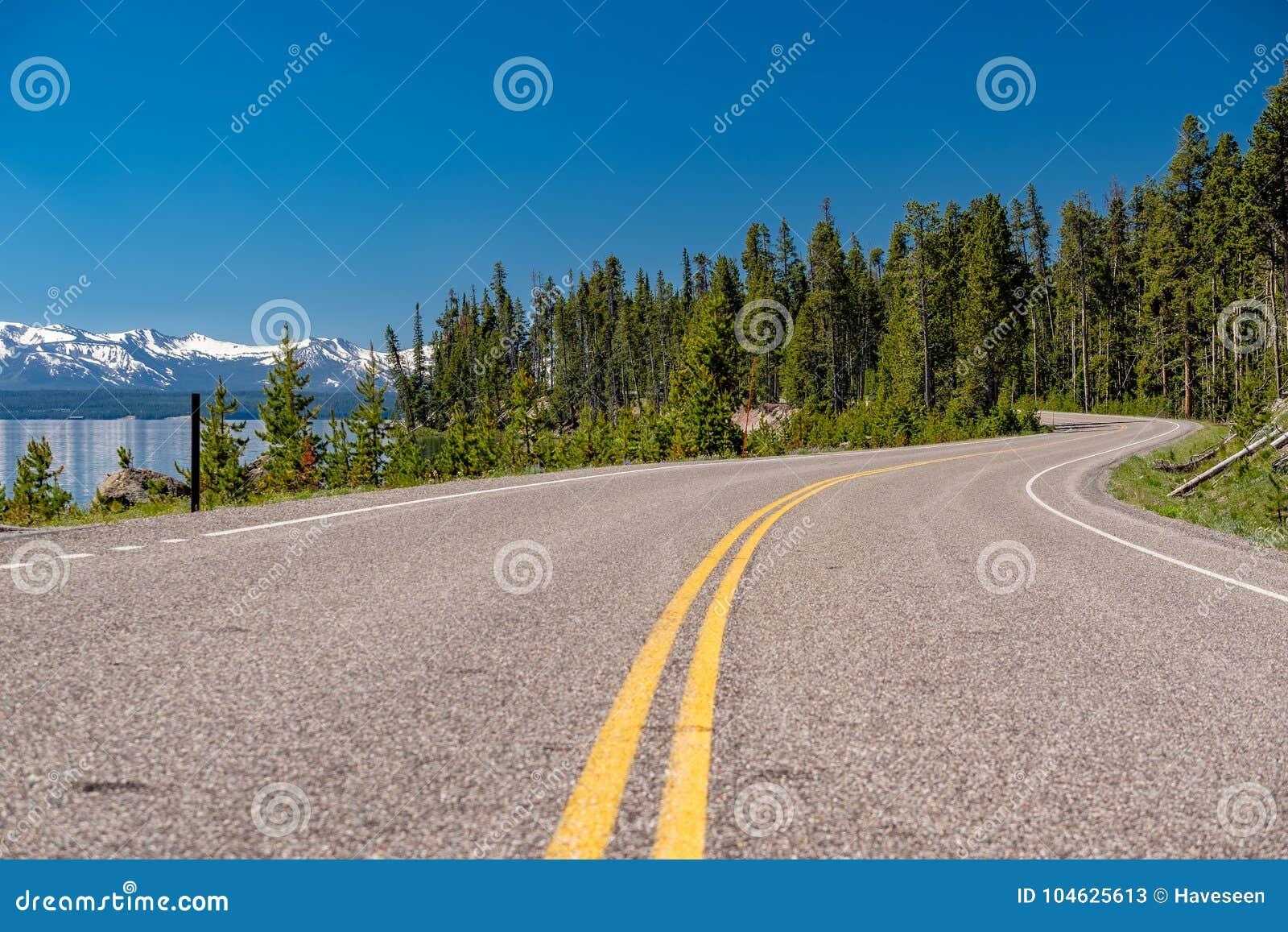 Download Weg Door Het Meer In Yellowstone Stock Afbeelding - Afbeelding bestaande uit toneel, meer: 104625613