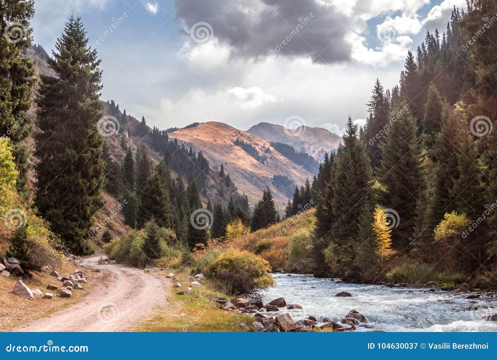 Download Weg en rivier stock afbeelding. Afbeelding bestaande uit kyrgyzstan - 104630037