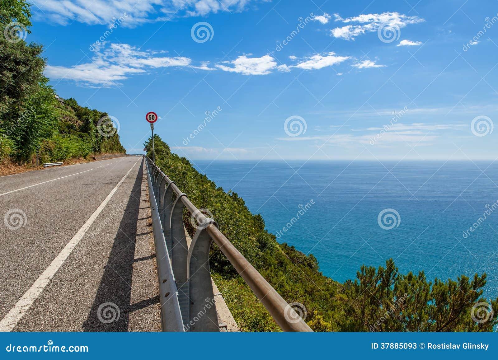 Weg langs Middellandse Zee kustlijn in Italië.