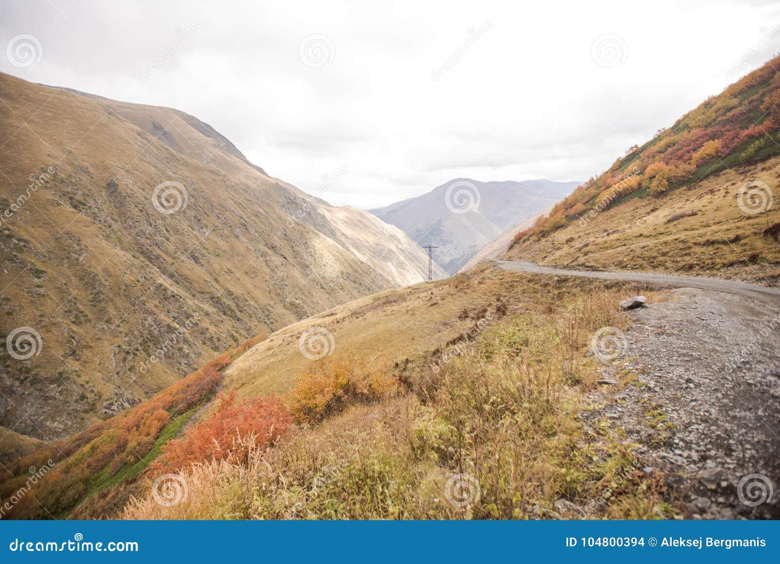 Weg op de Kaukasische manier van de bergenherfst aan Georgië