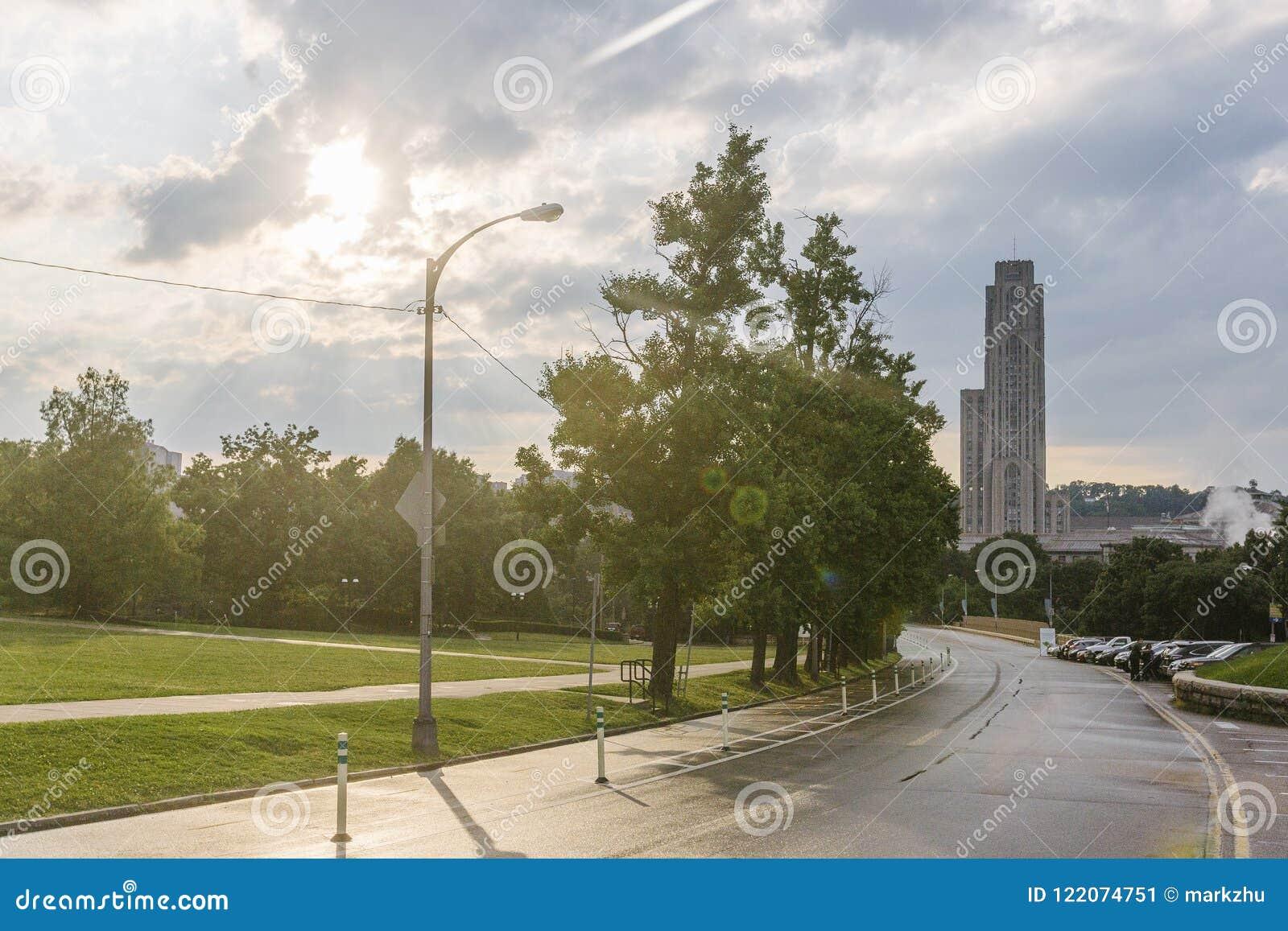 Weg in Pittsburgh met de Kathedraal van het Leren