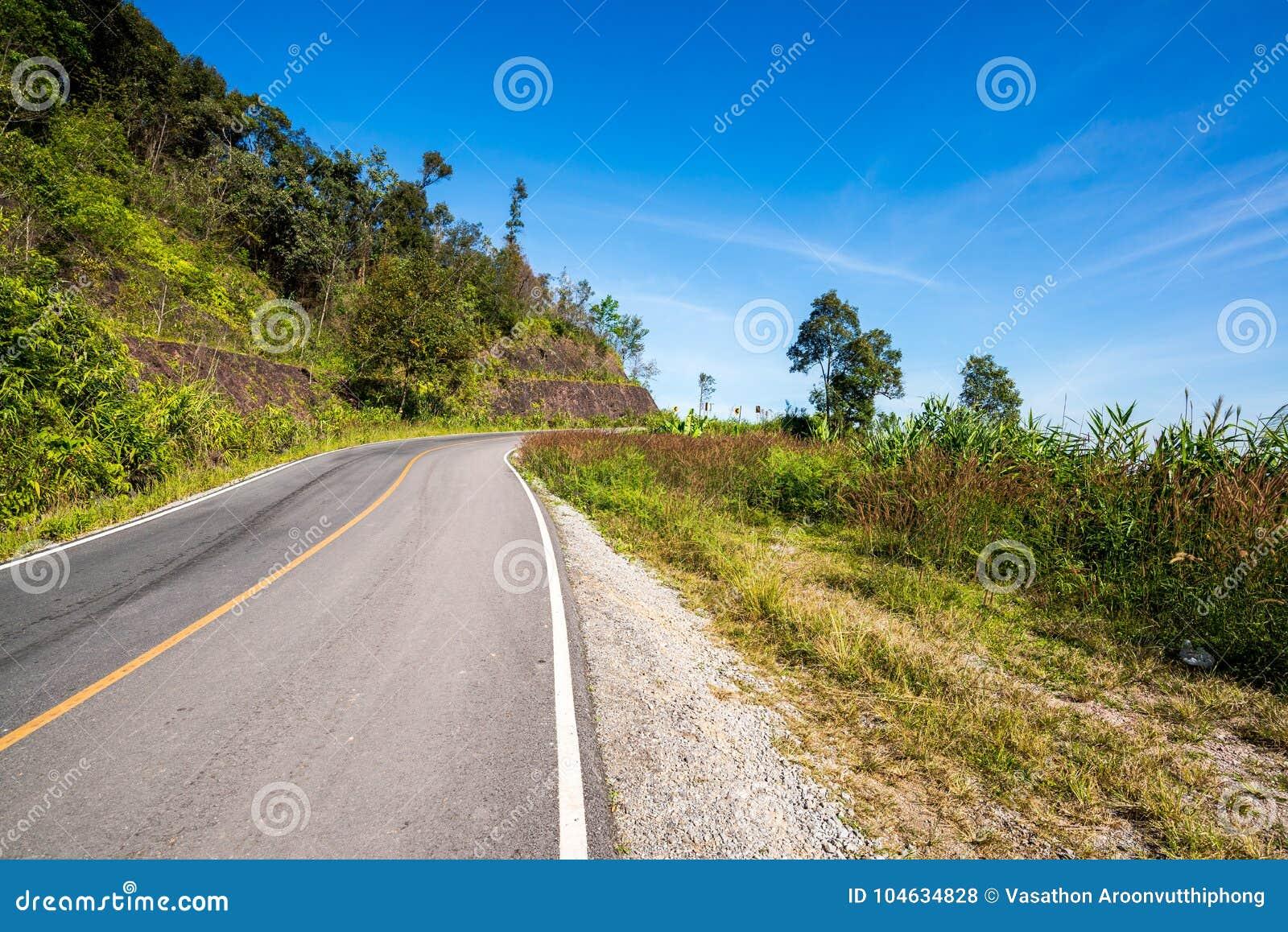 Download Weg Tot Bovenkant Van Berg In Platteland, Nan Stock Foto - Afbeelding bestaande uit ontruim, beweging: 104634828