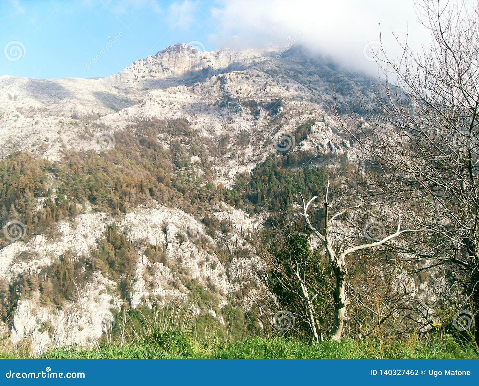 Weg und Ansicht des Bergs Faito in Italien