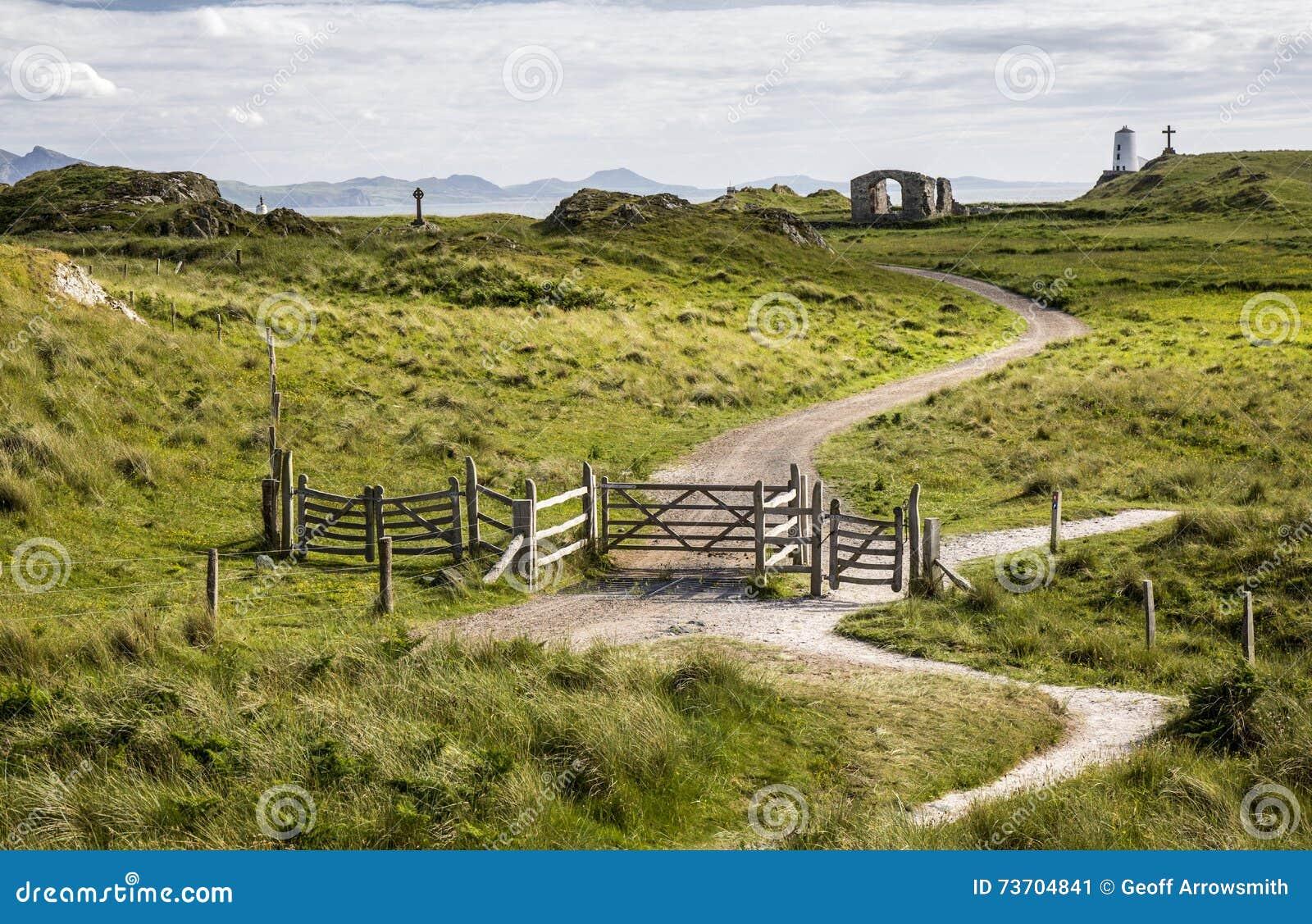 Weg und Tore auf Ynys Llanddwyn, Anglesey, Wales, Großbritannien